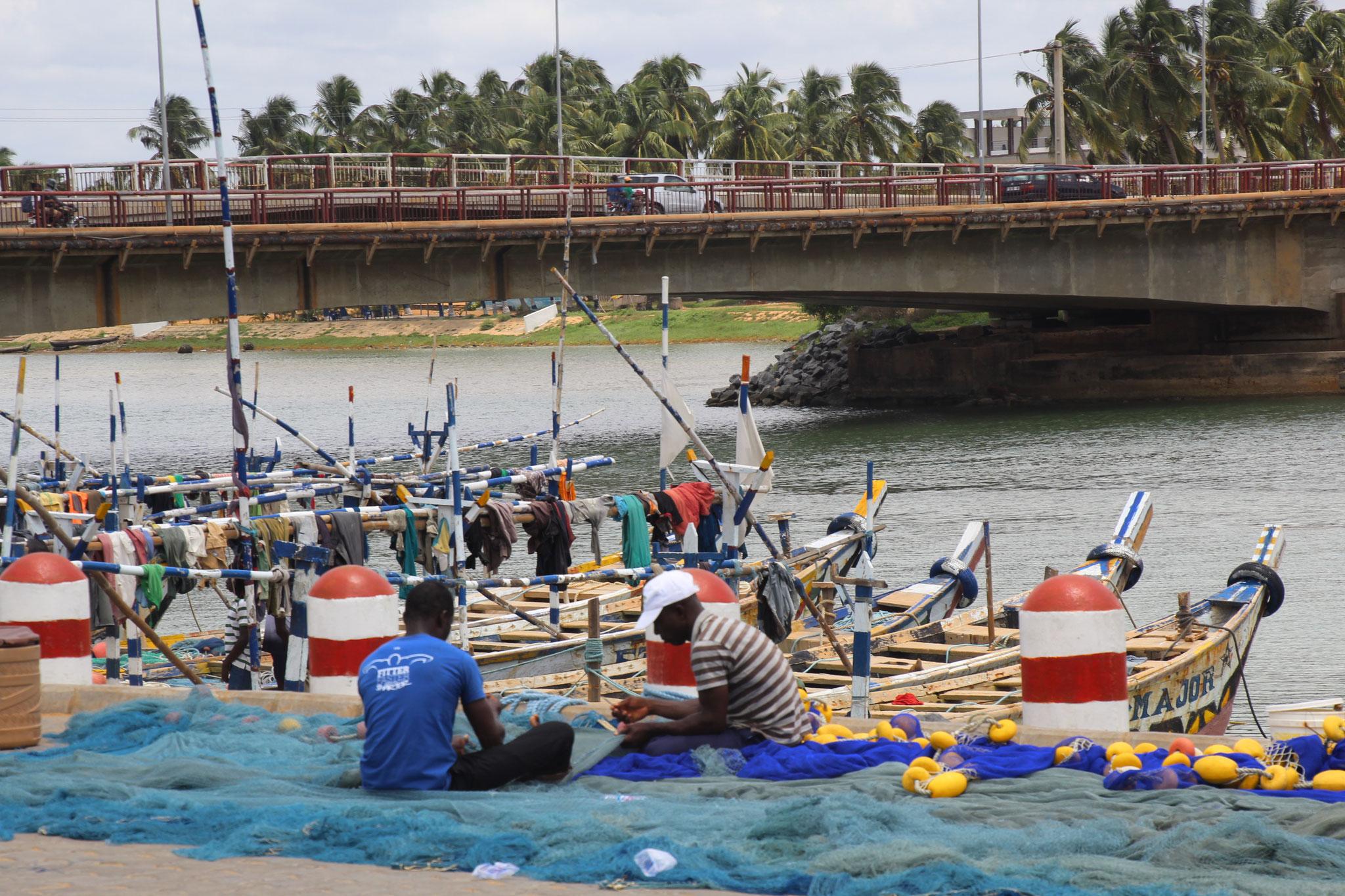 17. Fischer beim reparieren der Netze an der Lagune von Aneho.