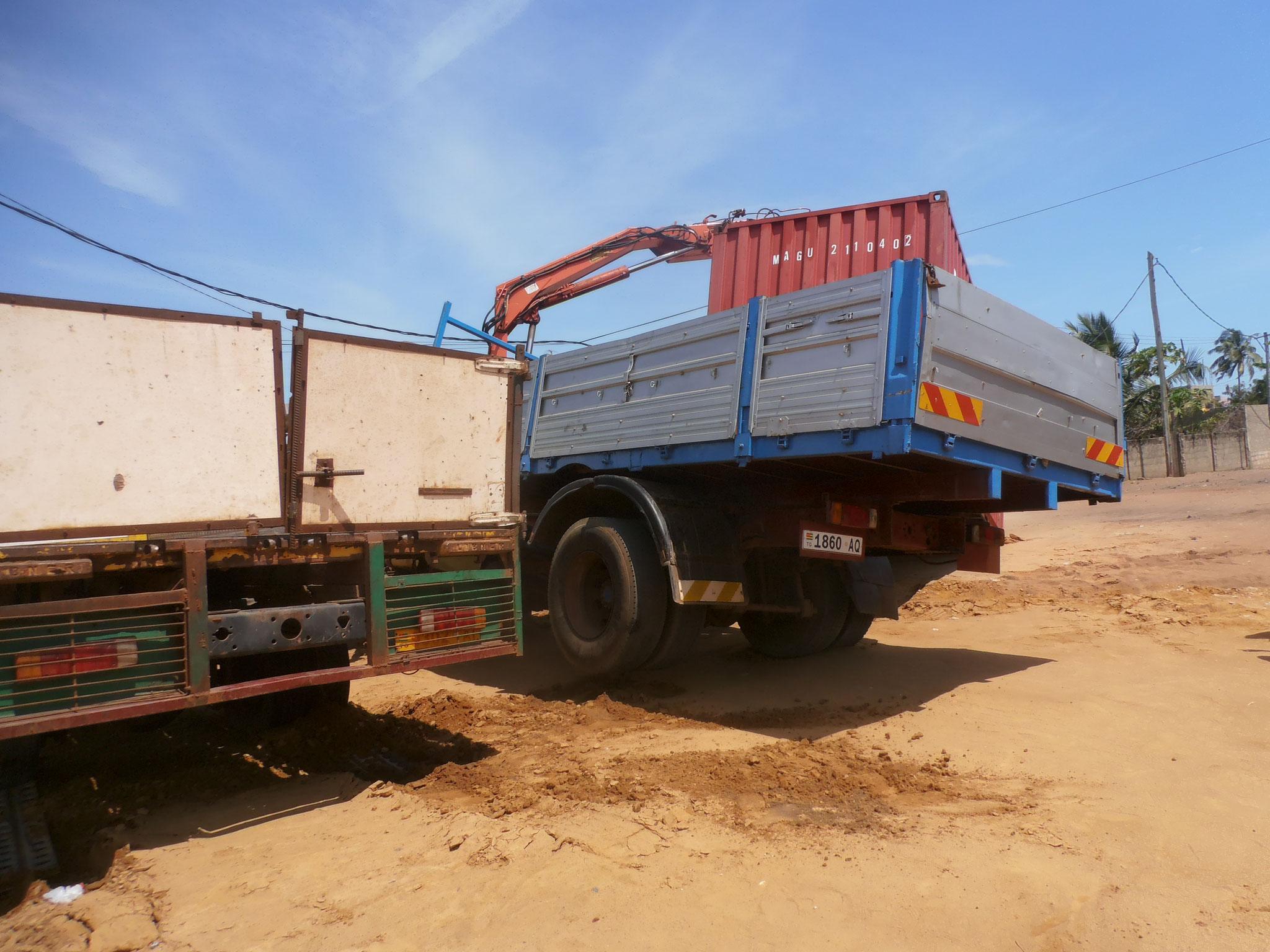 Der Lastwagen mit Kran gerät in schieflage.