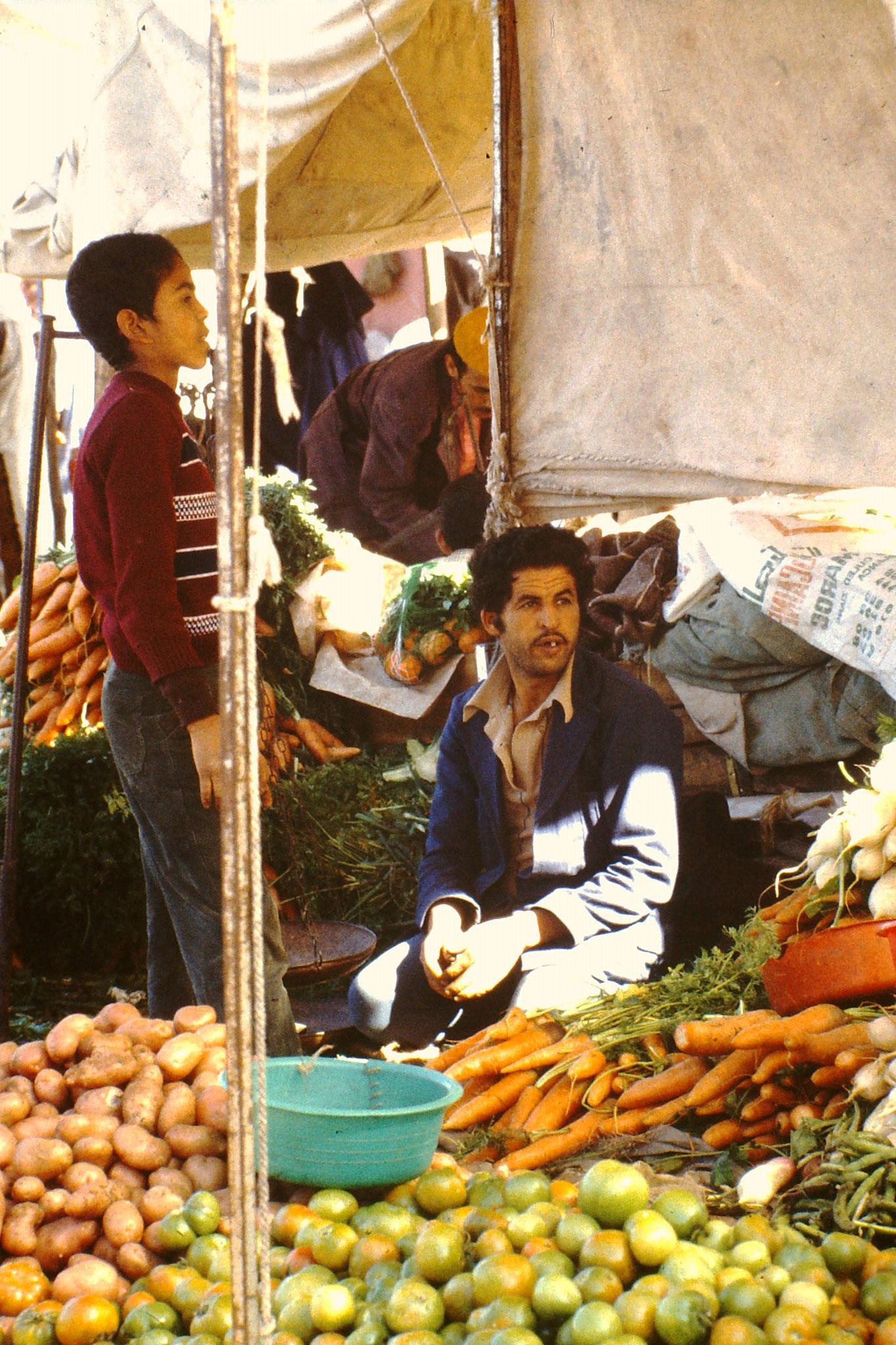 Dieser Mann bietet Gemüse und Früchte  an.
