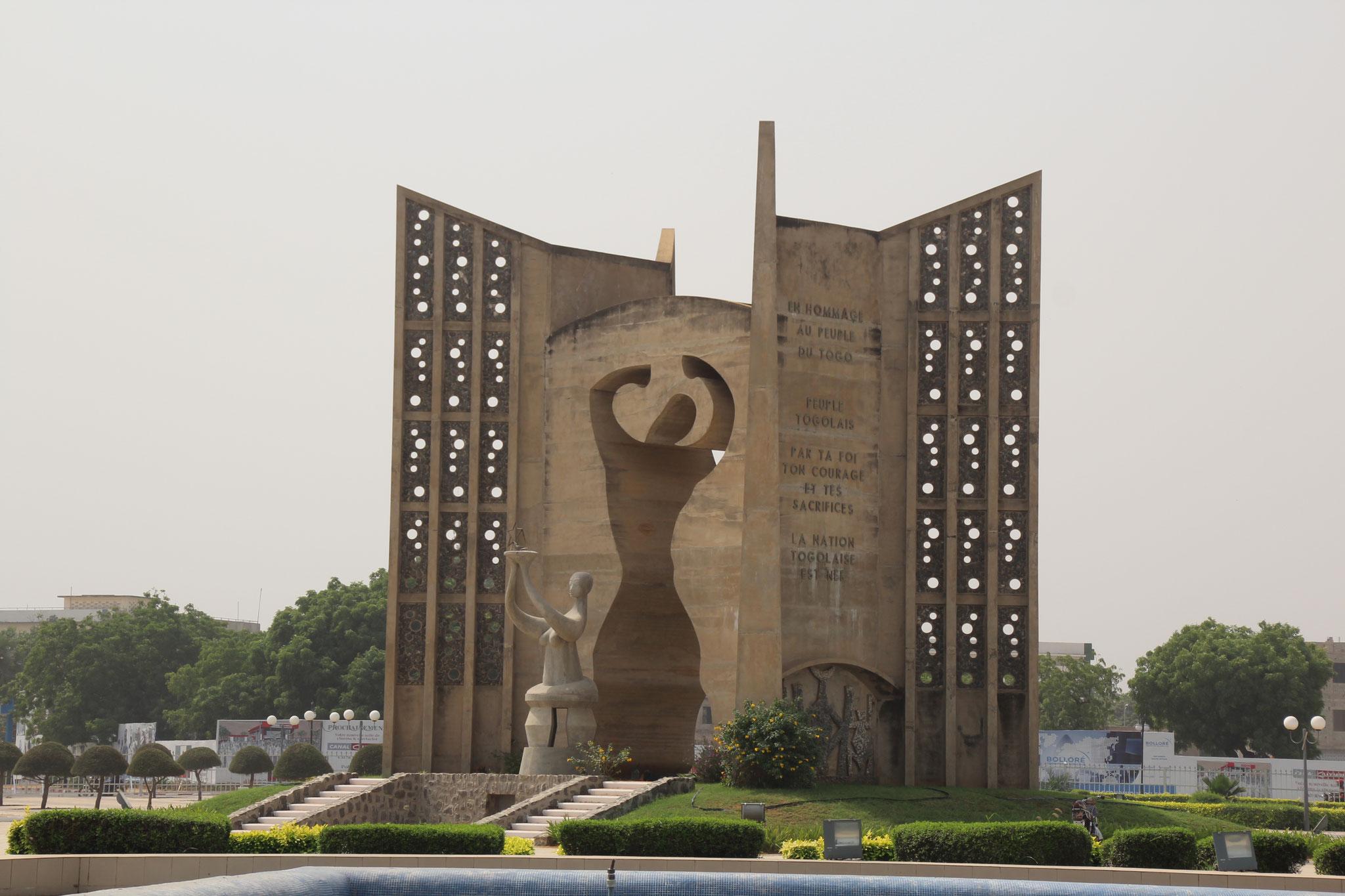 24. Monument beim Parlamentsgebäude.