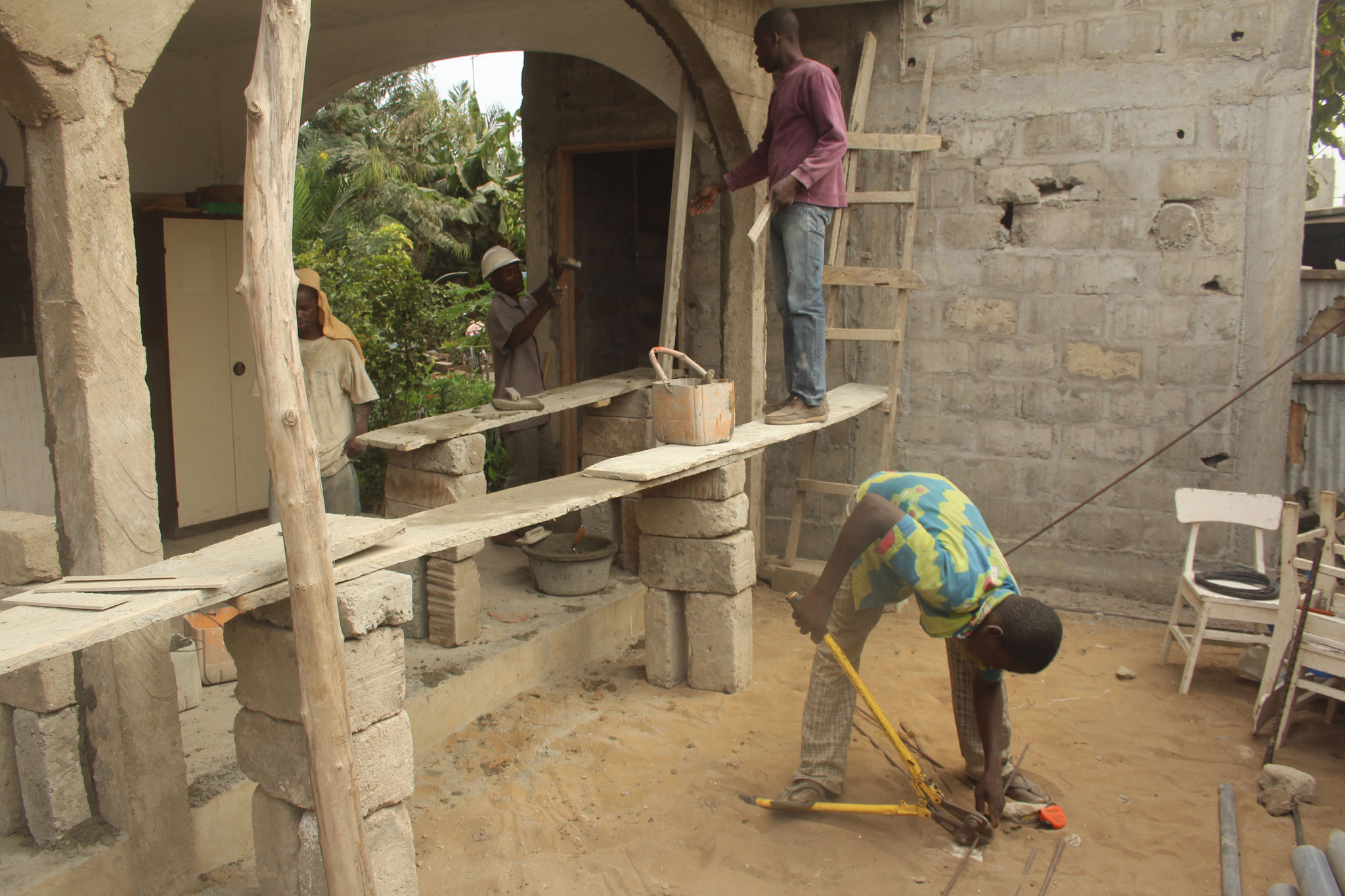 27.01.2015 Die Rundbögen der Terrasse werden verputzt. Was würde die Suva zum Gerüst sagen?