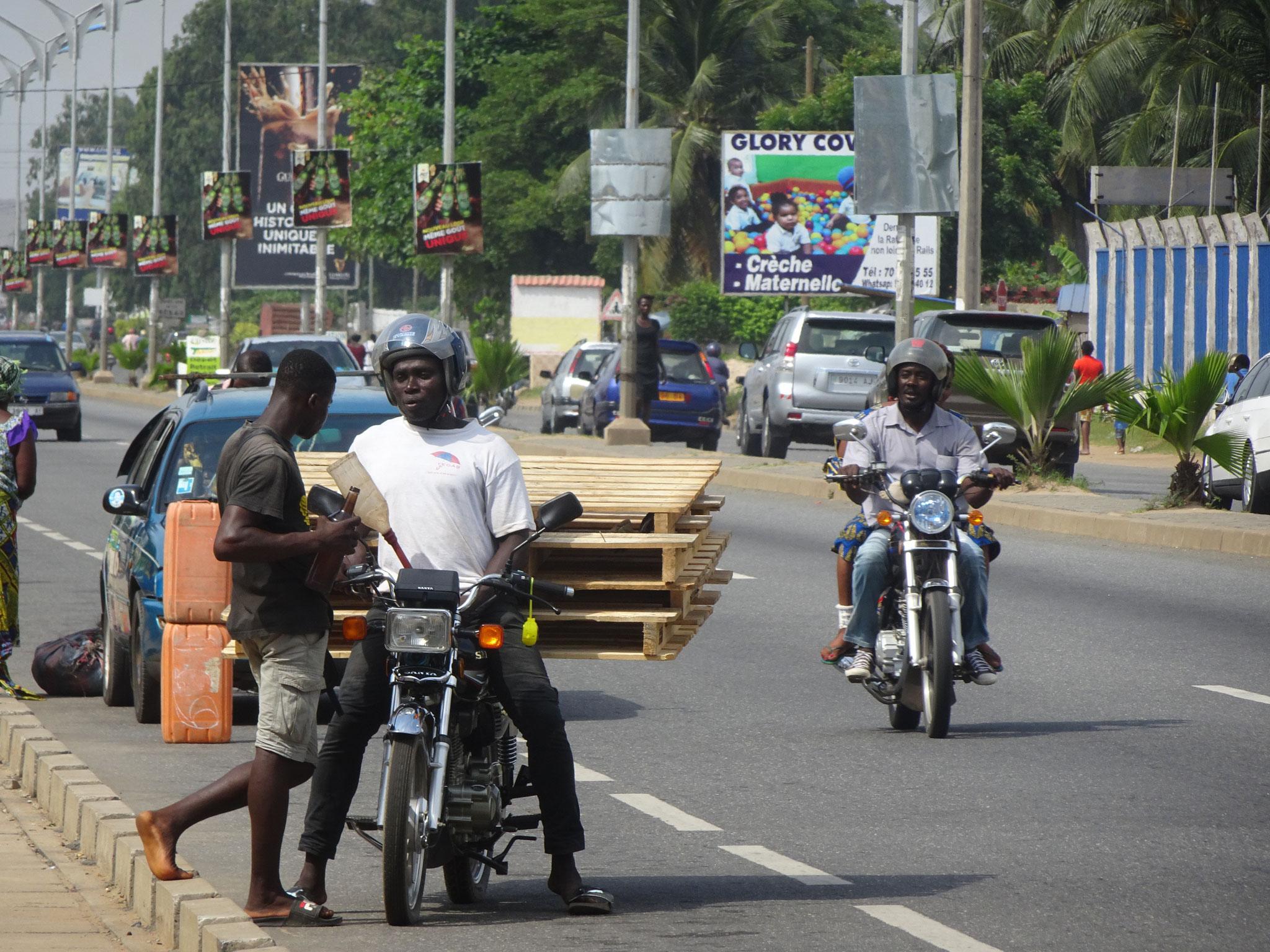 Ein Motorrad mit Palletten.
