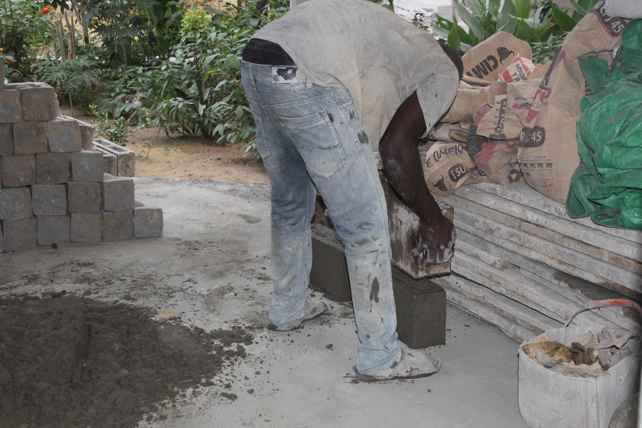 Normalerweise gibt es 27 Bachsteine pro 50 Kg Zement. Wir nehmen weniger Sand, deshalb nur 21 Steine.