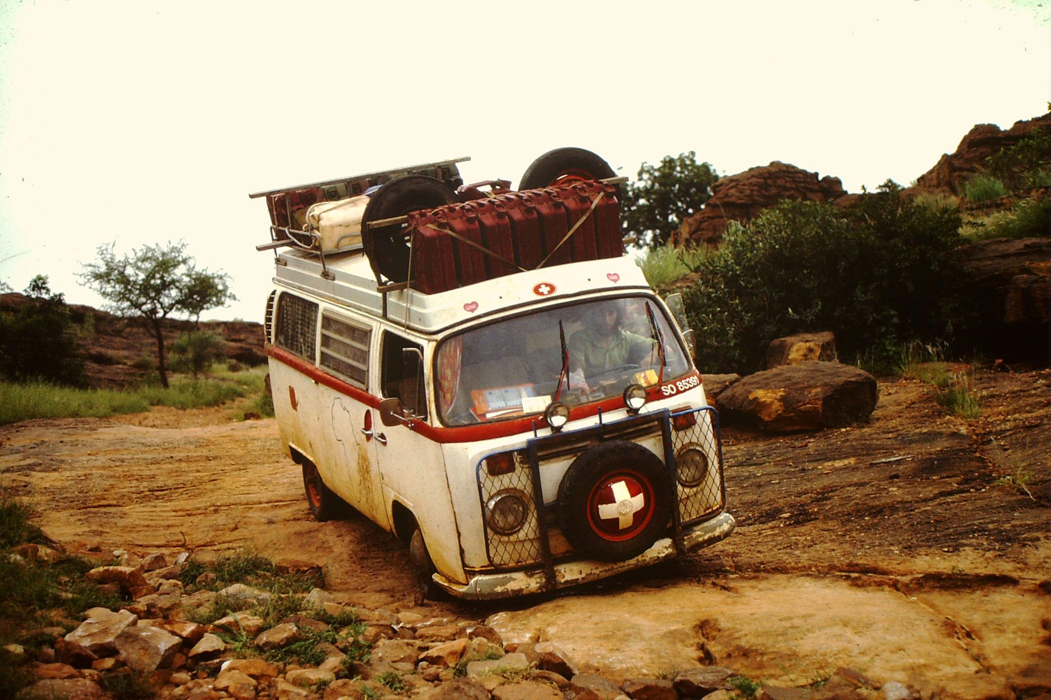 24. Wir fragten den Missionar ob es denn keinen Weg direkt nach Obervolta gäbe. Wir wollten aber nicht über San nach Bobo Dioulasso fahren. Er sagte uns, dass es ein Weg gäbe, via Falise de Bandiagara. Diesen Weg könne man aber nur mit einem Landrover ode