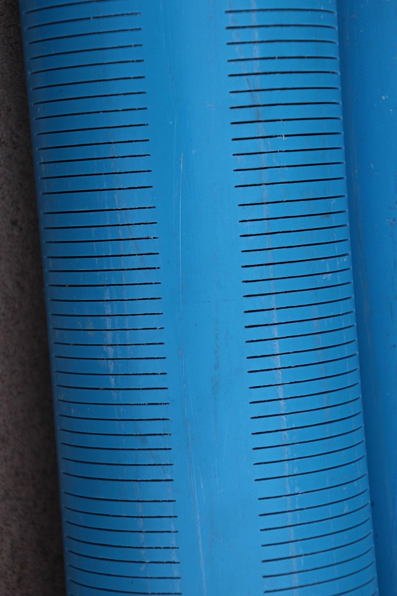 16.12.2016 Nur die untersten sechs Meter des blauen Rohres haben solche Schlitze. Dies Garantiert, dass das Wasser nur aus dieser Zone kommt.