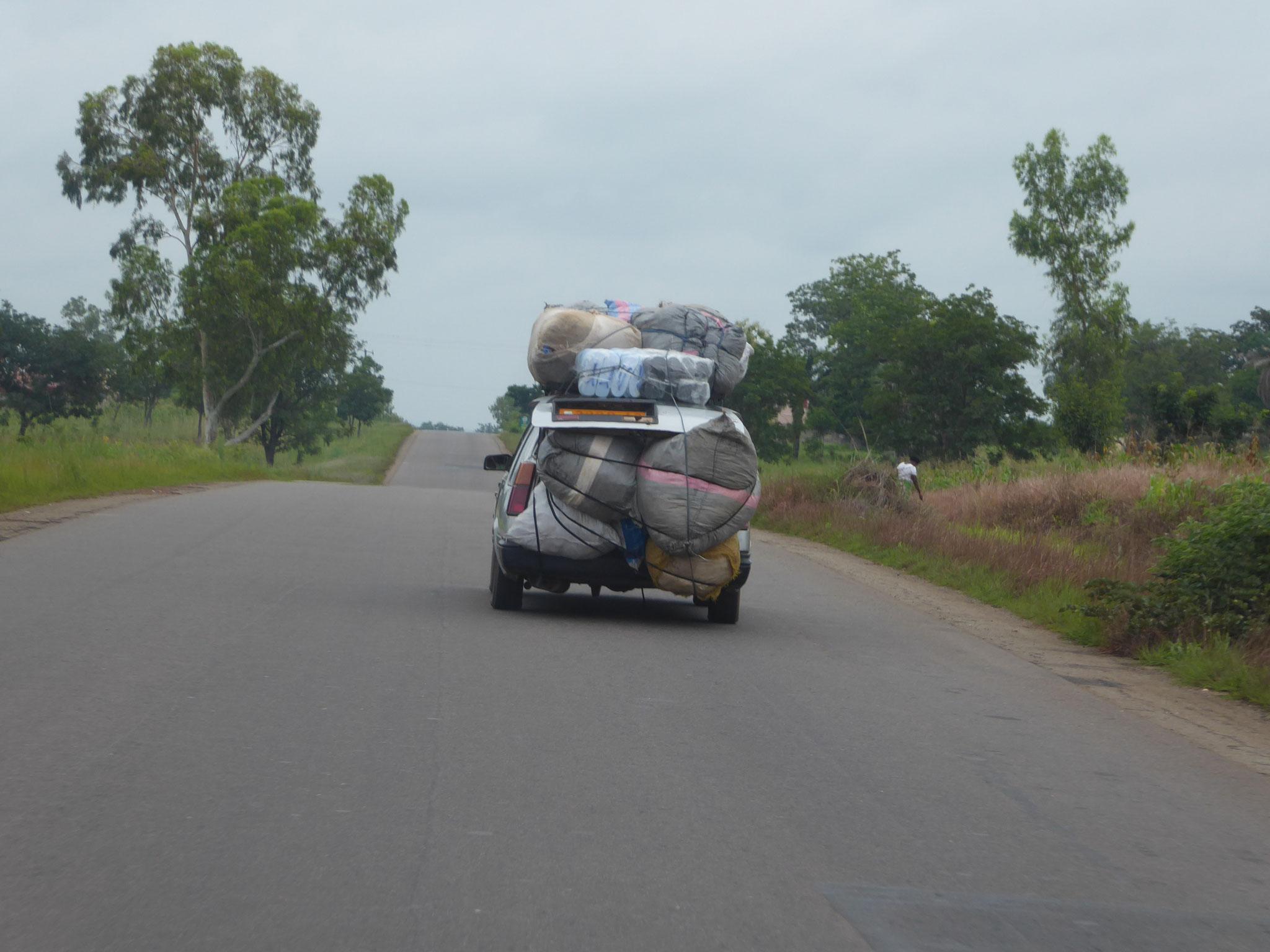 Ein Taxi auf der Überlandstrasse.