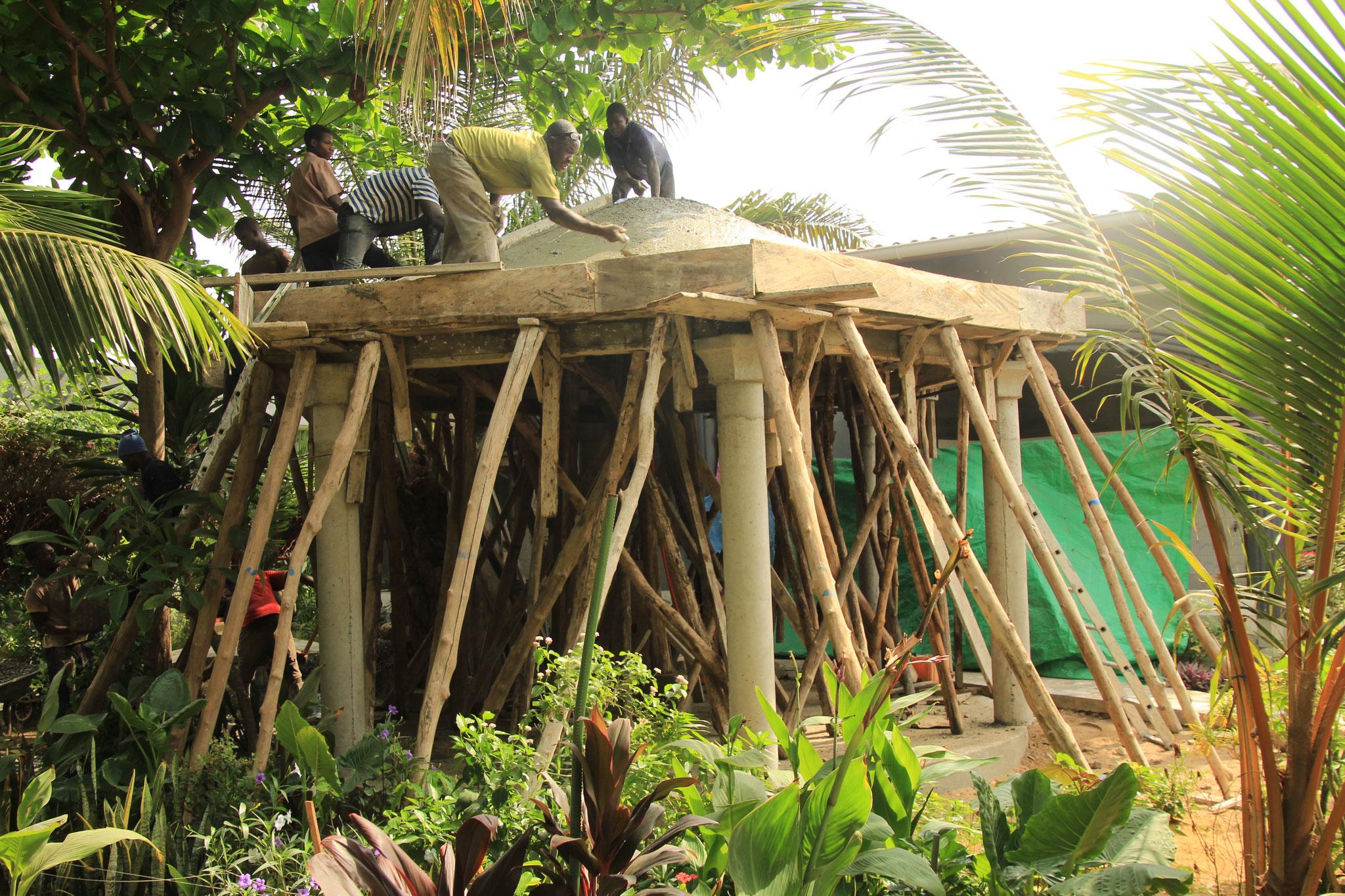 Danach betonierten die Maurer das Dach.