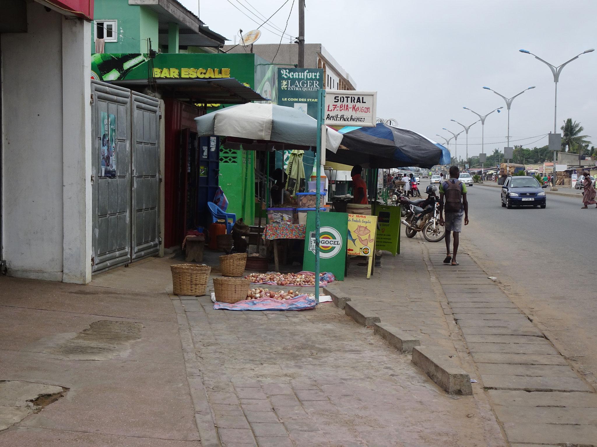 Dieser Marktstand bei der Bar Escale Molu Molu 229 hat sogar die Bushaltestelle überstellt.