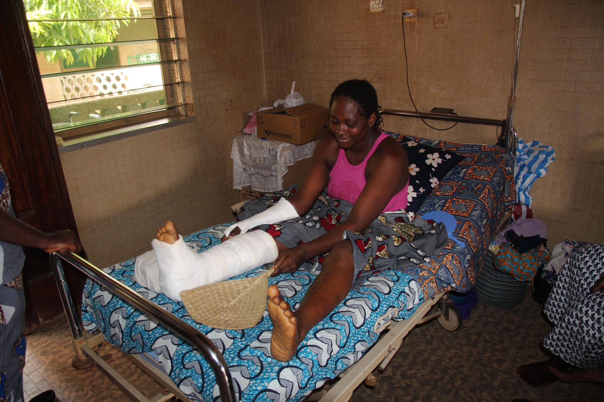 Patientin im Spital Afagnan mit Beinbruch, Armbruch und Hüftproblemen nach Unfall mit Motorradtaxi.