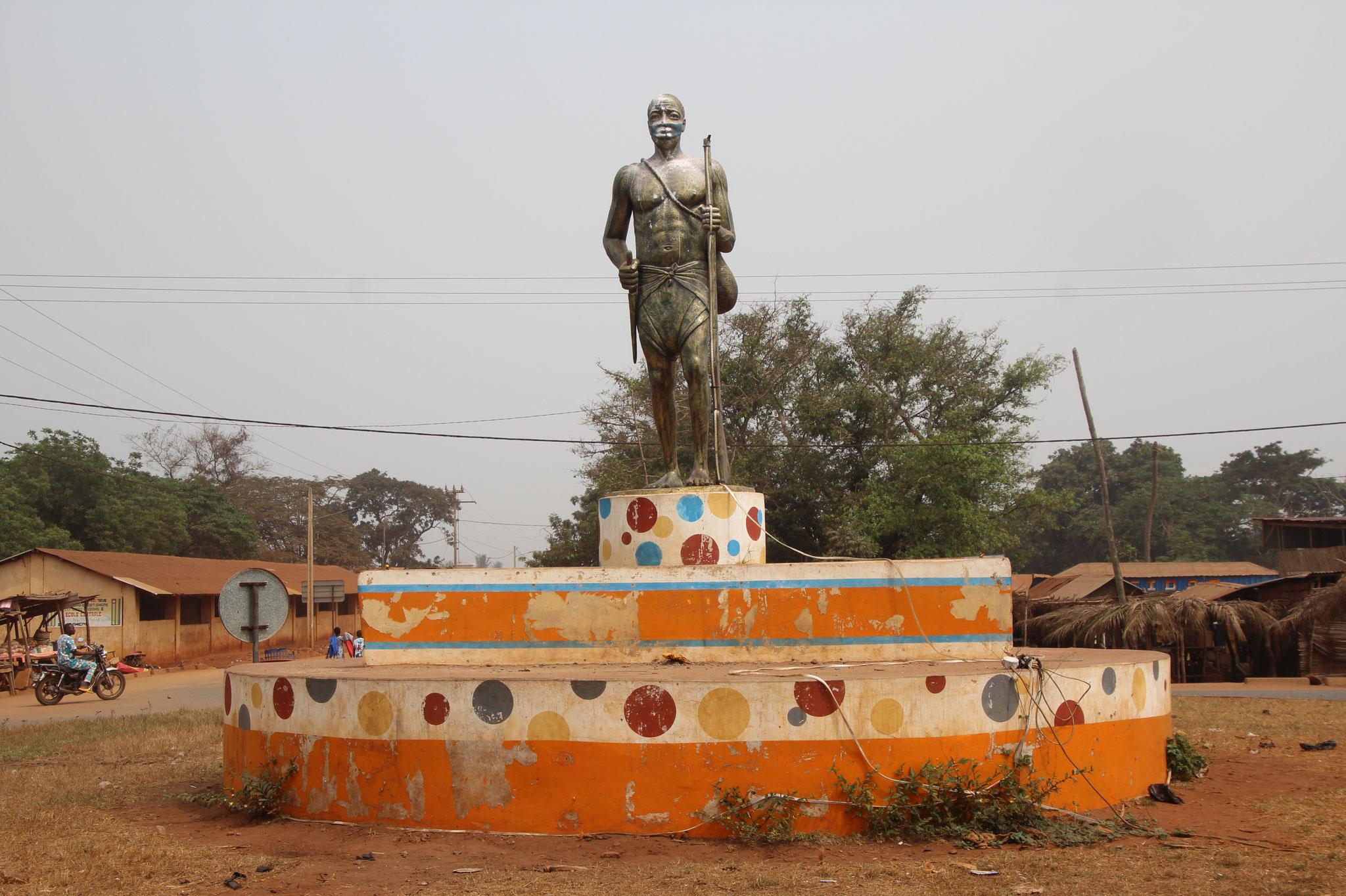 Statue in einem Kreisel von Ahepe.