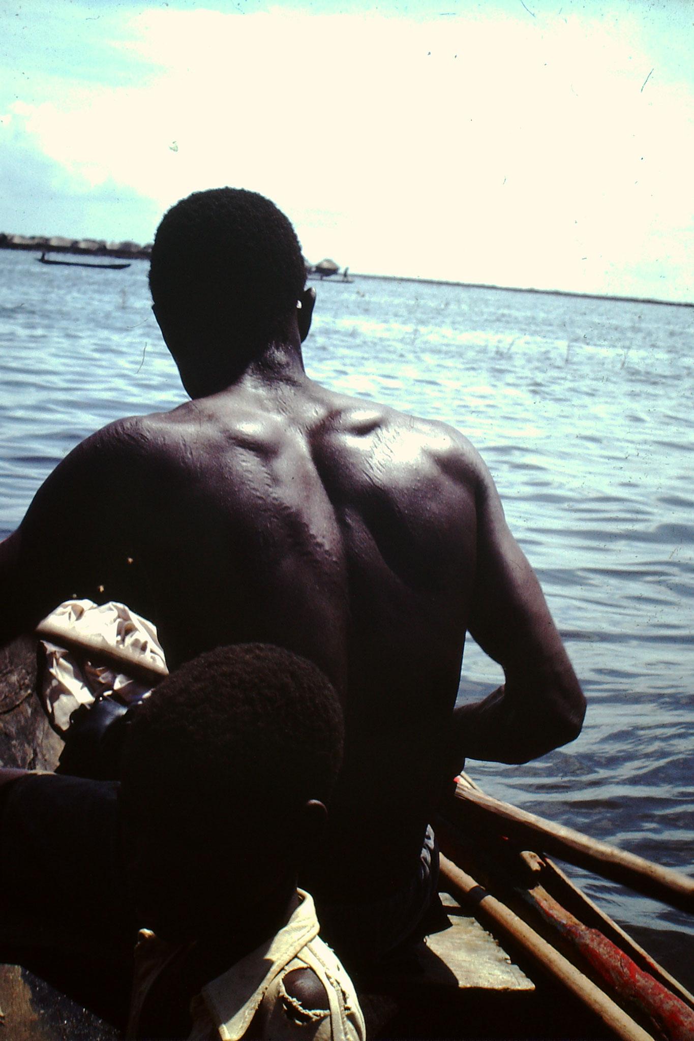3. Der vernarbte Rücken ist wie ein Pass. Er weisst auf die Herkunft der Person sowie die Familie hin.