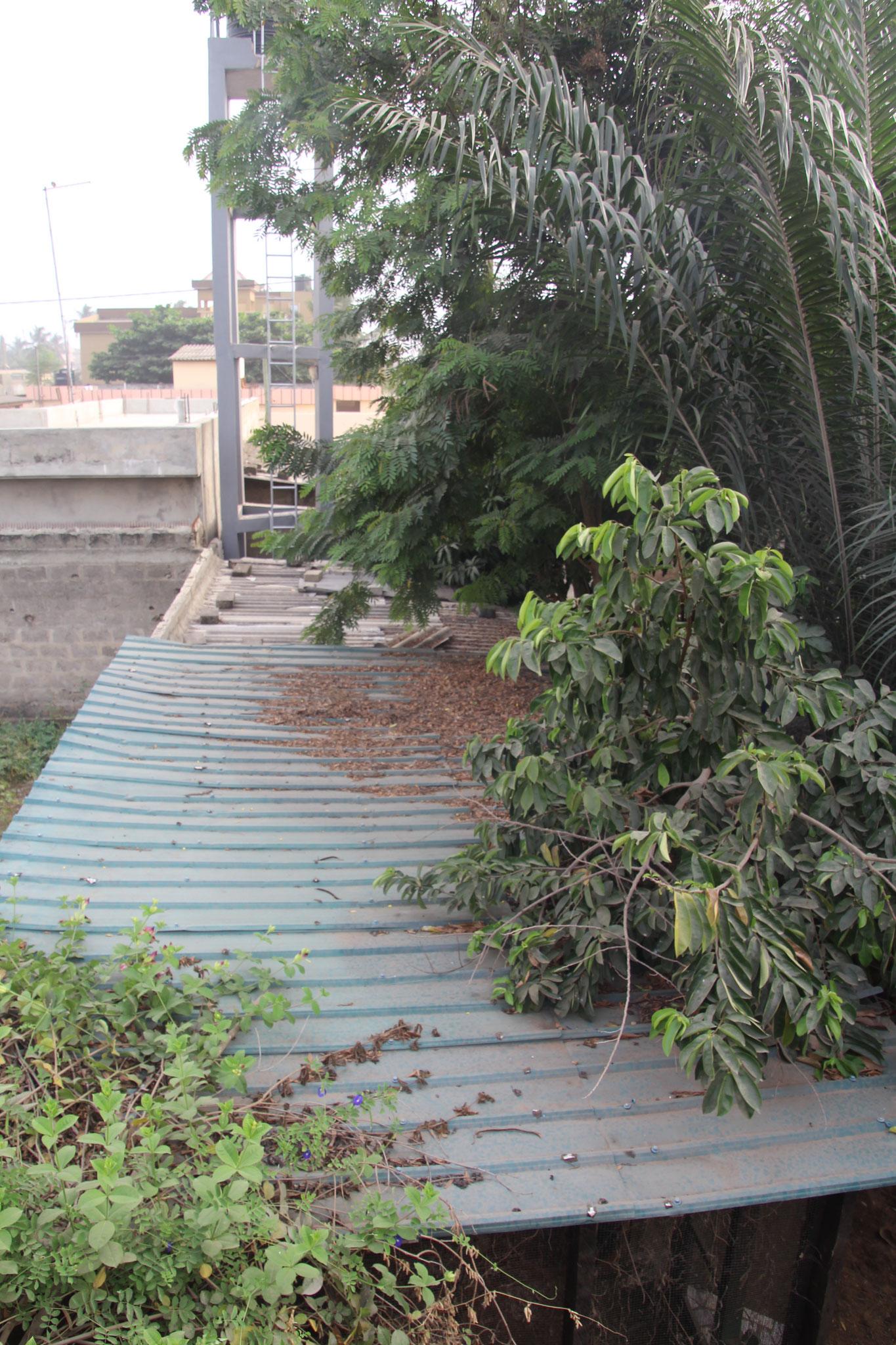 9. Das Blechdach vom Hühnerhaus wird ersetzt.