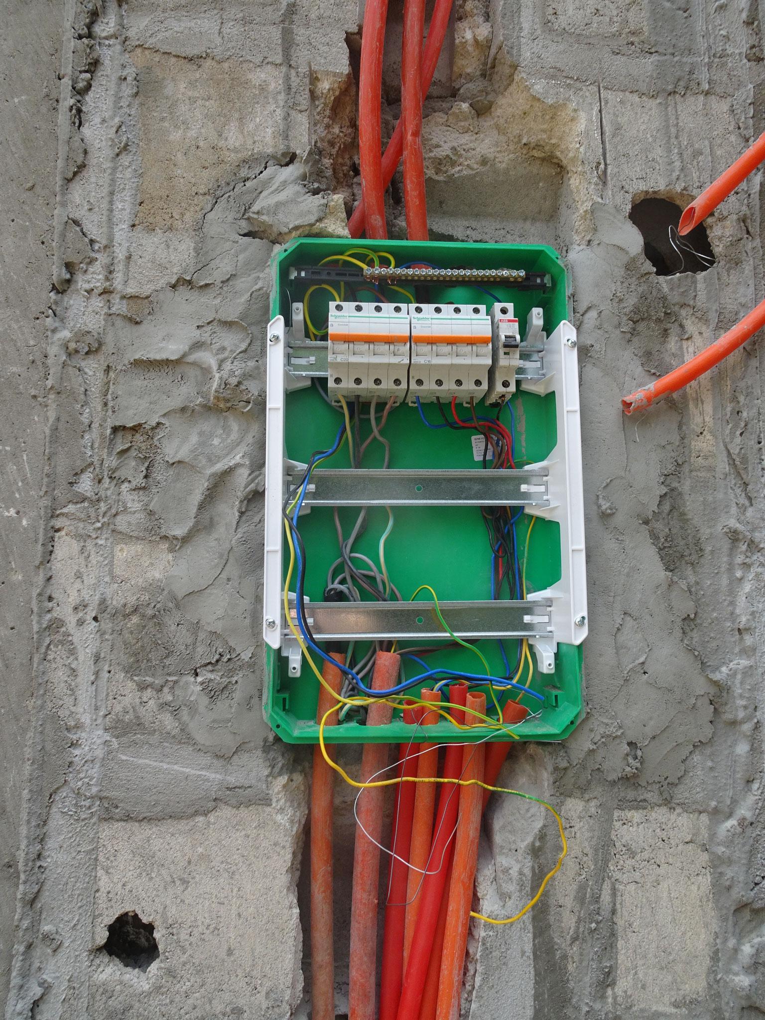 Ausserhalt die Stromverteilung.