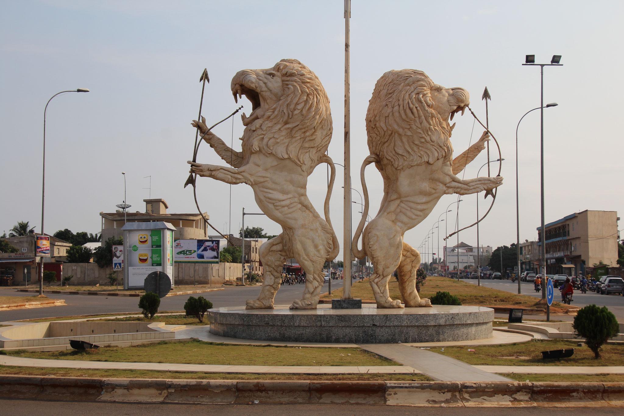 27. Kreisel mit 2 Löwen in Ague.