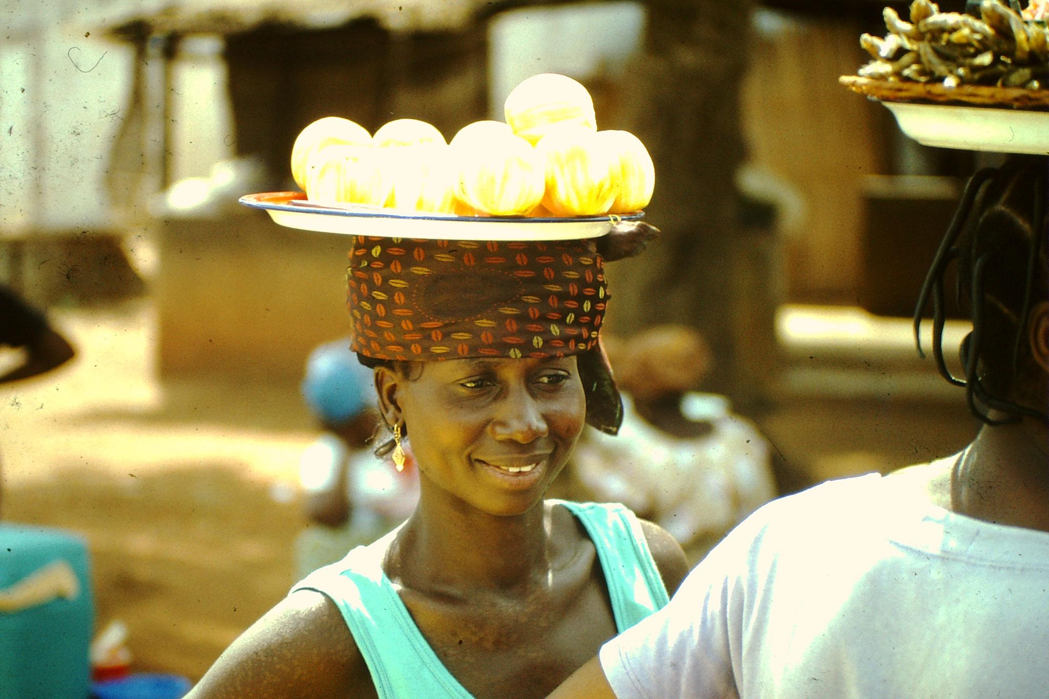 Orangenverkäuferin. Man nennt sie Ntiton.