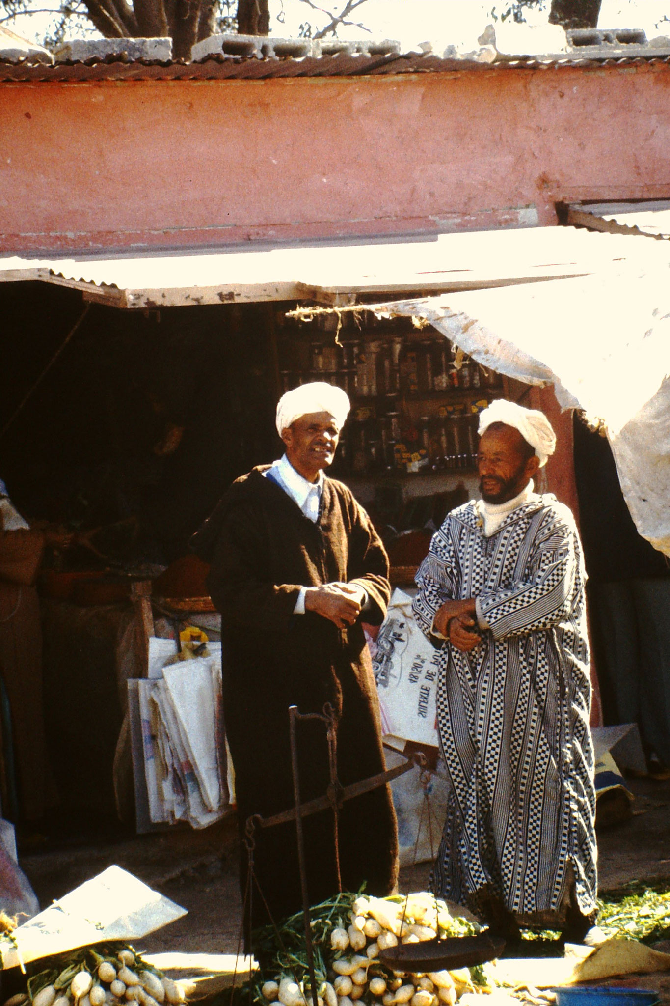 Zwei Herren auf dem Markt von Agadir.