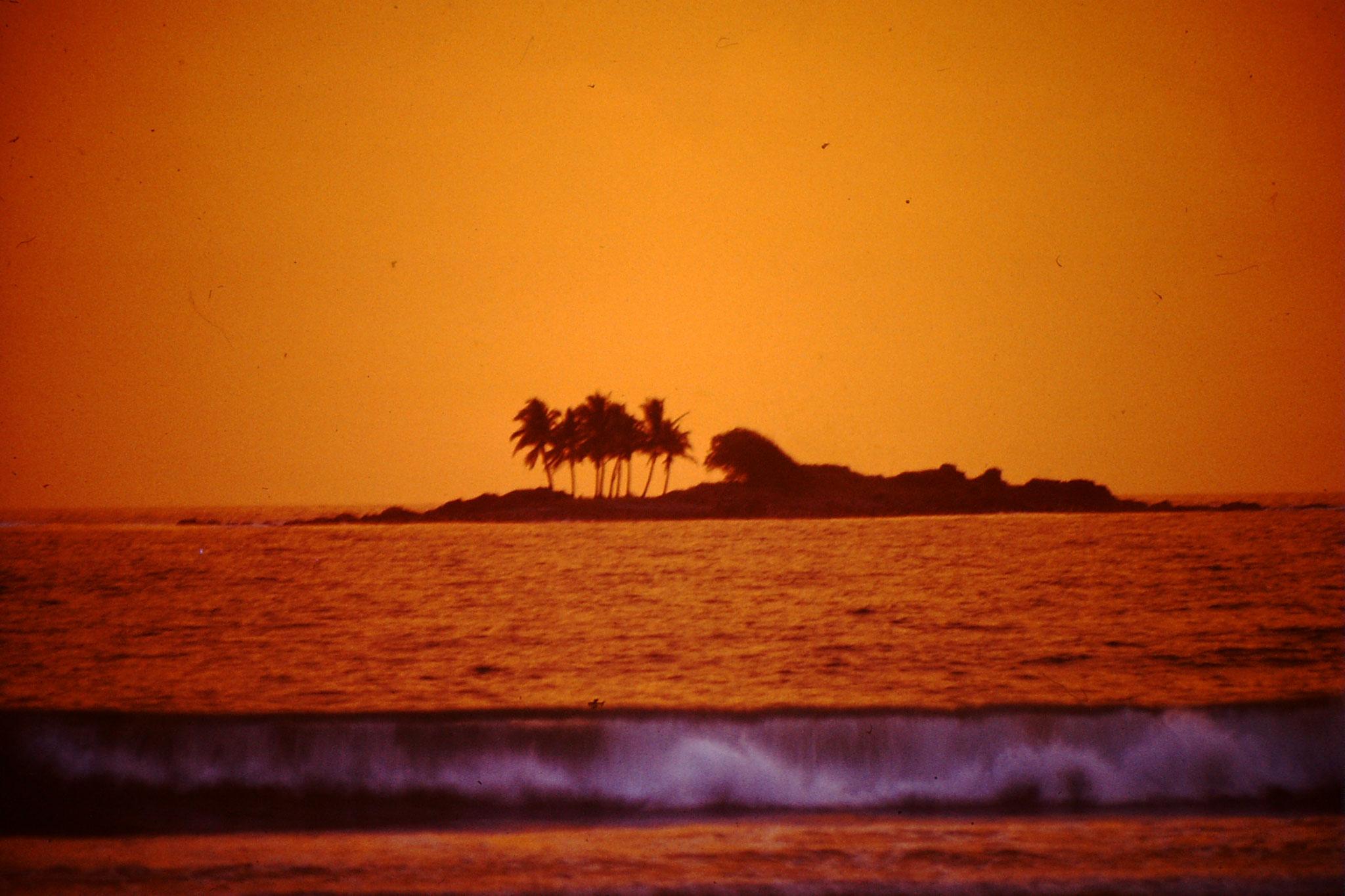 18. Der Strand von Dixcove. Dies war der absolut herrlichste Strand den ich in all den Jahren fand. Durch die vorgelagerte Insel war auch der Atlantik ganz ruhig. Man konnte sehr weit rausgehen und hatte immer noch Bodenkontakt.