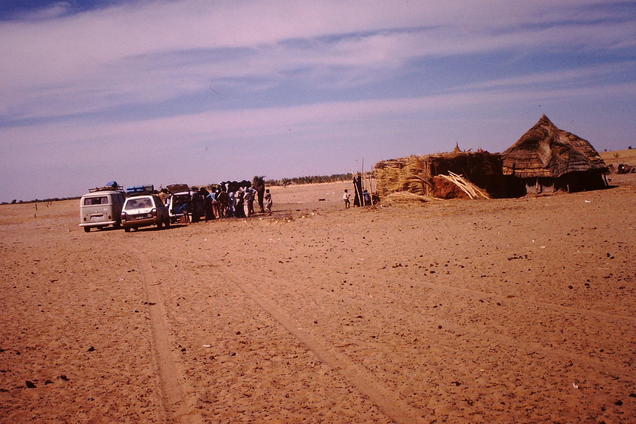 Unser Konvoi zwischen in Waggeur und Tchin Tabaraden. Auf diesem Weg durchquerten wir einen ausgetrockneten Salzsee. So konnten wir die Uranminenstadt Arlit umfahren, und auch Agadez, das ich von früheren Reisen kannte. Diese wenigbefahrene strecke führt