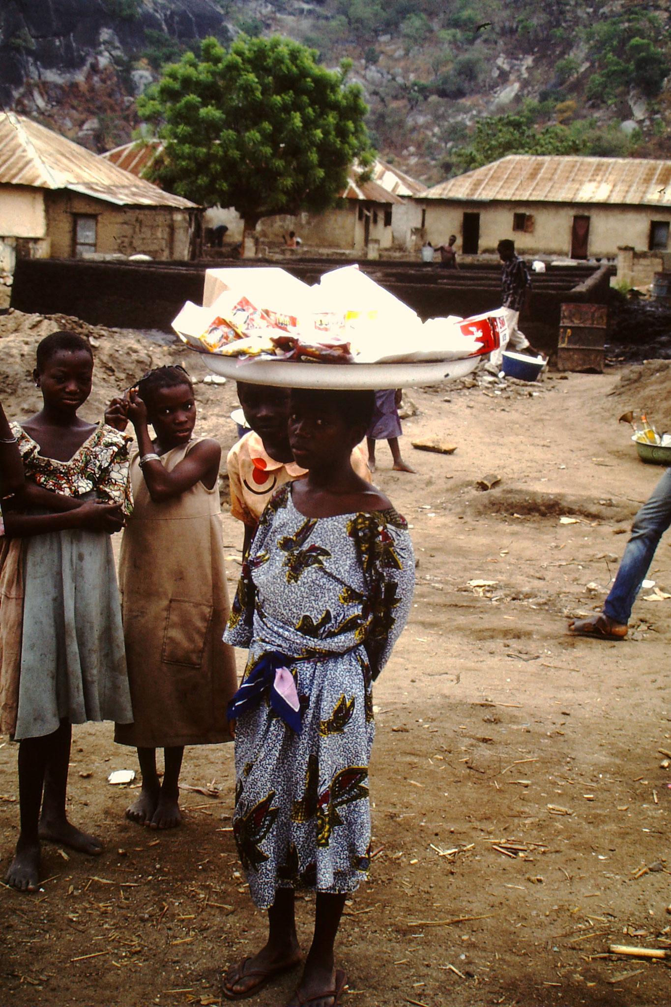 26. Oft verkauften Kinder nach der Schule für ihre Eltern die Waren.
