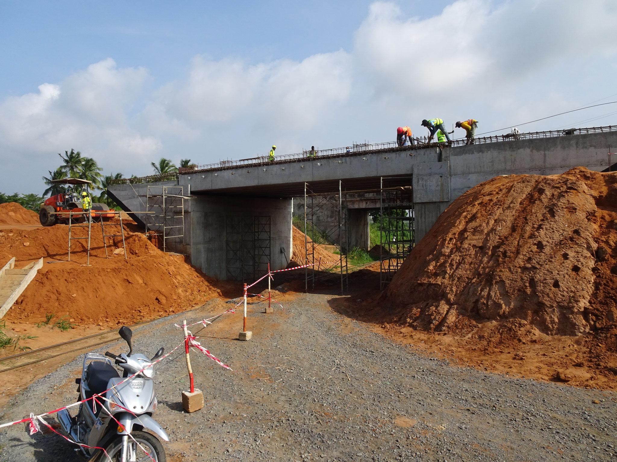 Brücke über das Trasse der Bahn in Djasseme -Hahotoe.