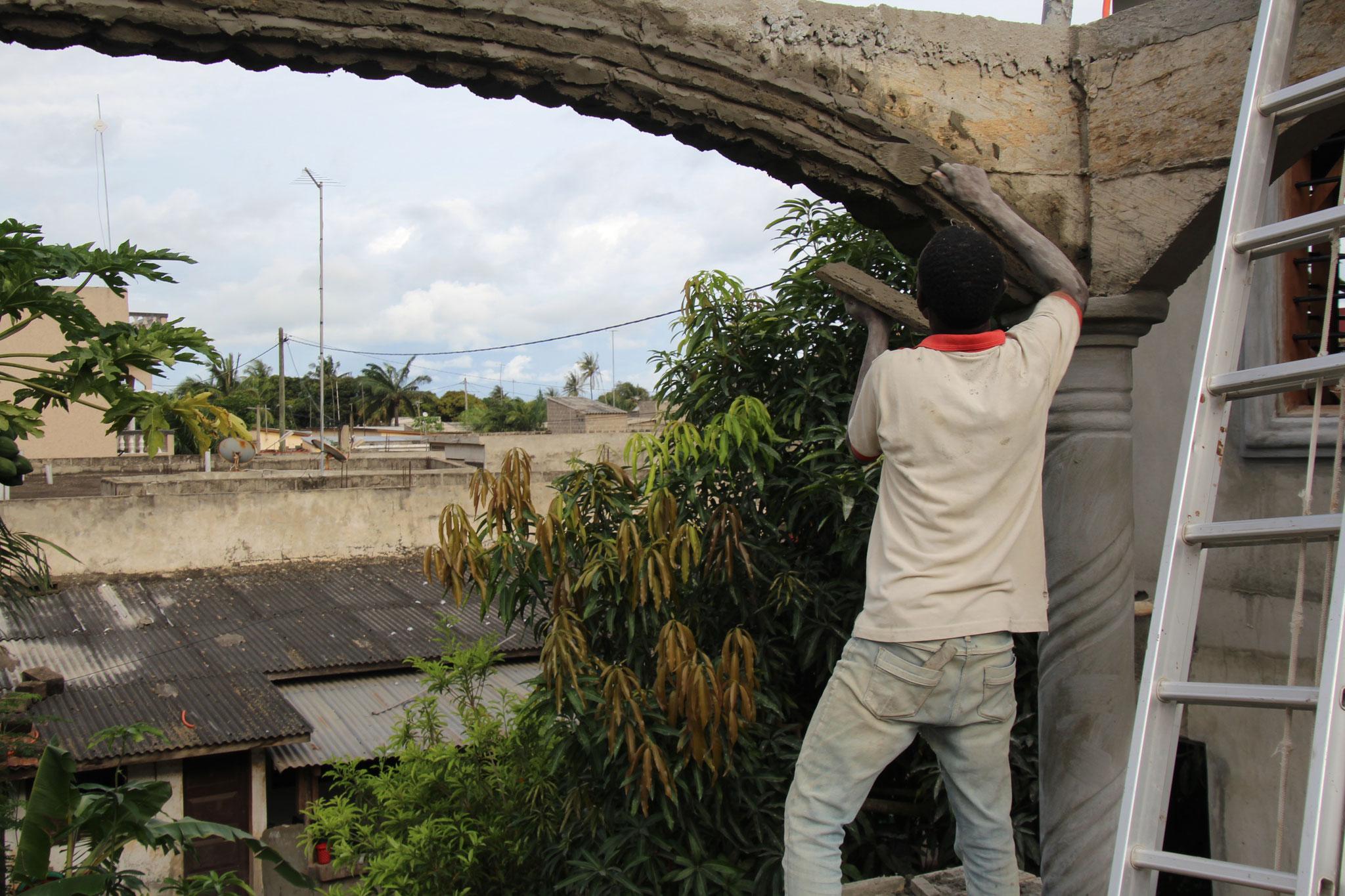 Abraham verziehrt die Rundbögen der Terrasse