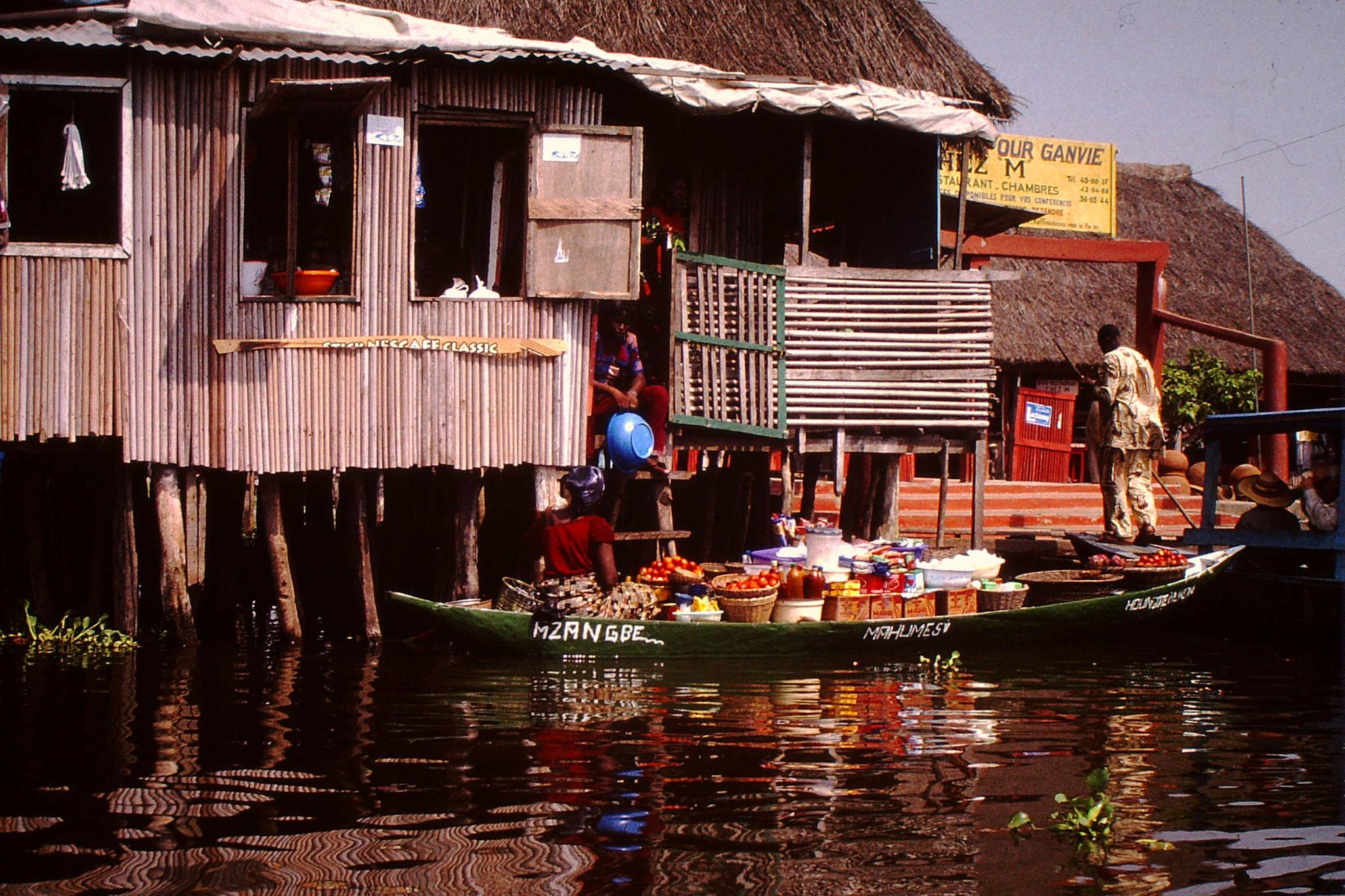 Schwimmender Markt in Ganvie. Sie verkauft Gemüse.
