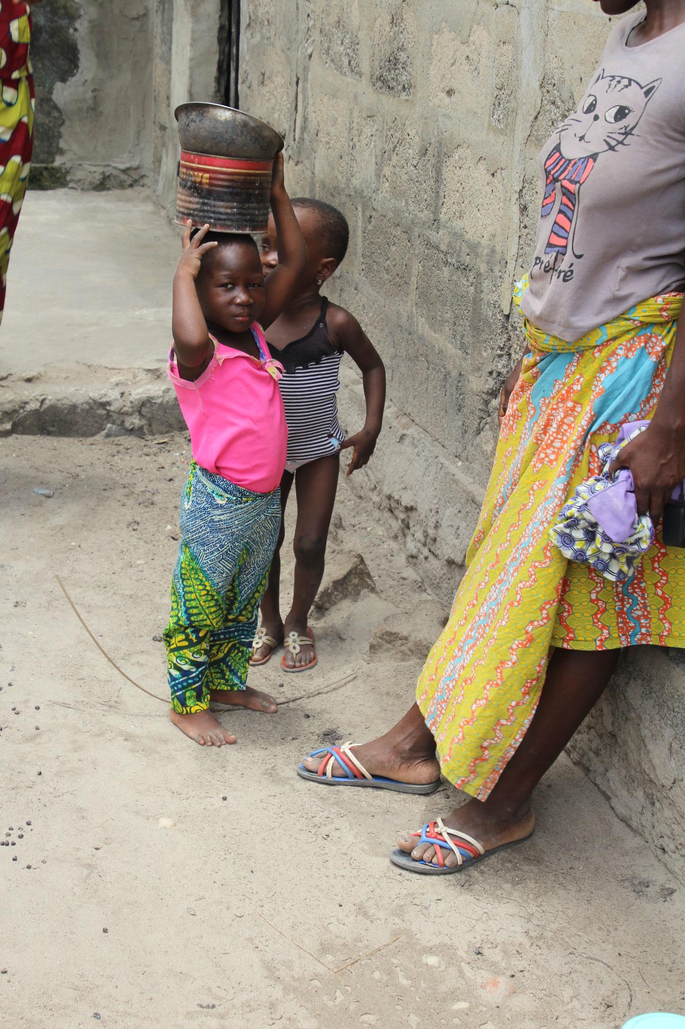 21. Schon ganz kleine Kinder lernen Sachen auf dem Kopf zu tragen.