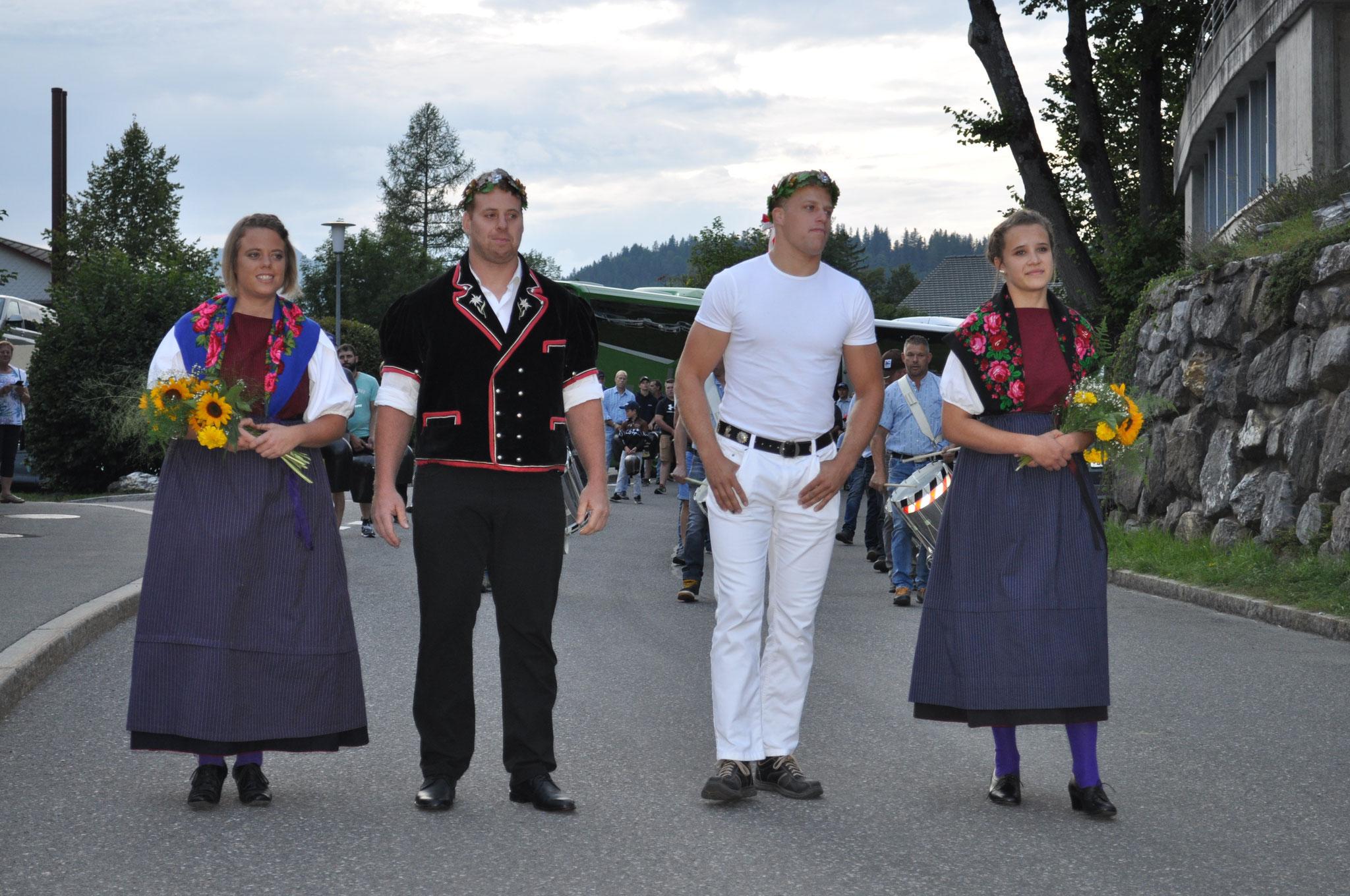 Anderegg Simon und von Weissenfluh Kilian umrahmt mit Ehrendamen