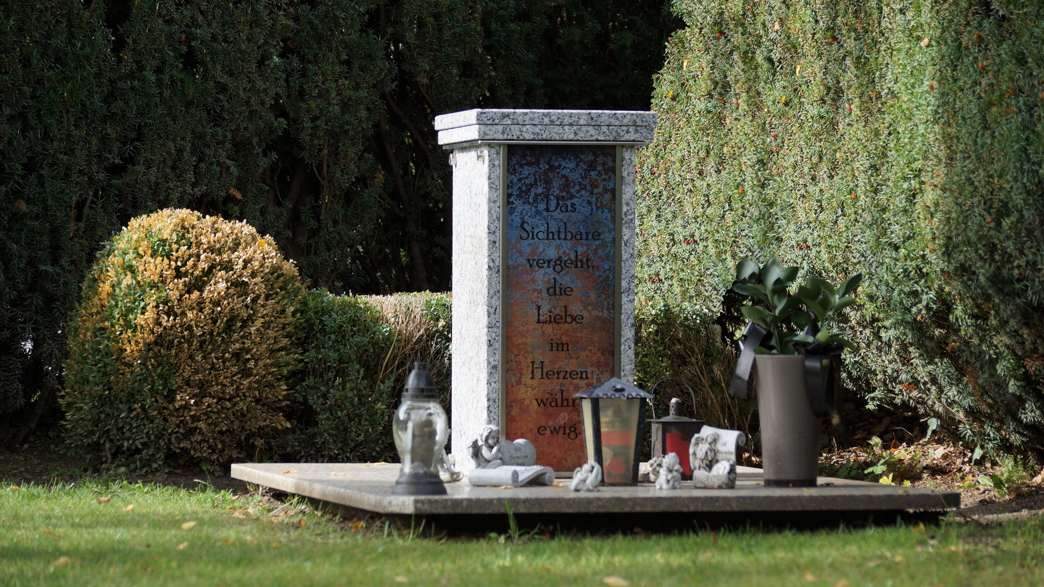 Urnensäule / Urnenstele Bianco Sardo, Seitenteil Glas Sonderdruck, Glas in Frontansicht