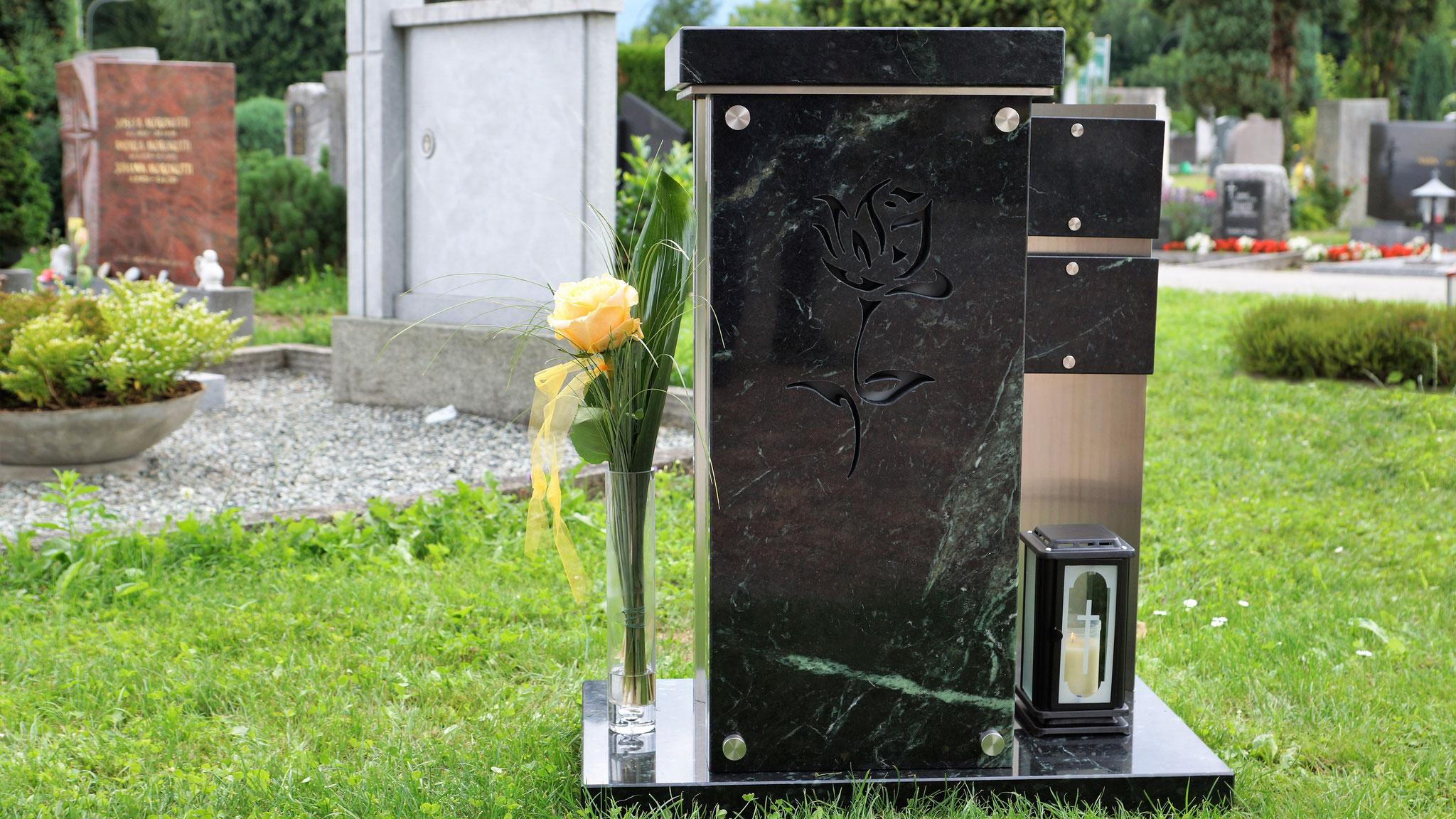 """Urnensäule / Urnenstele Tauerngrün, Seitenteil Edelstahl gerundet, Wasserstrahlausschnitt """"Rose"""", Seitenflügel mit Namenstafel"""