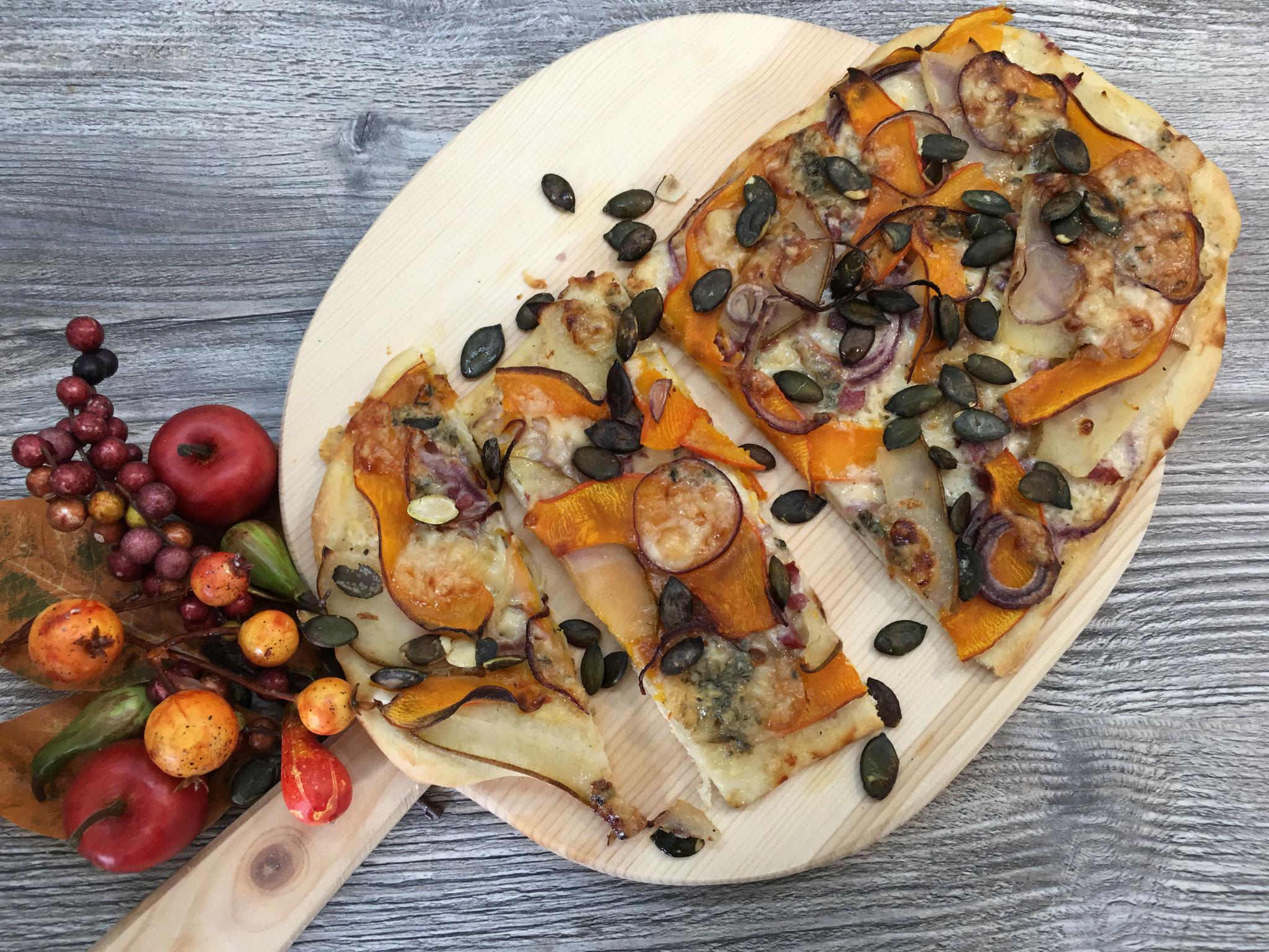 Herbstlicher Kürbis- Flammkuchen mit Birne und Gorgonzola