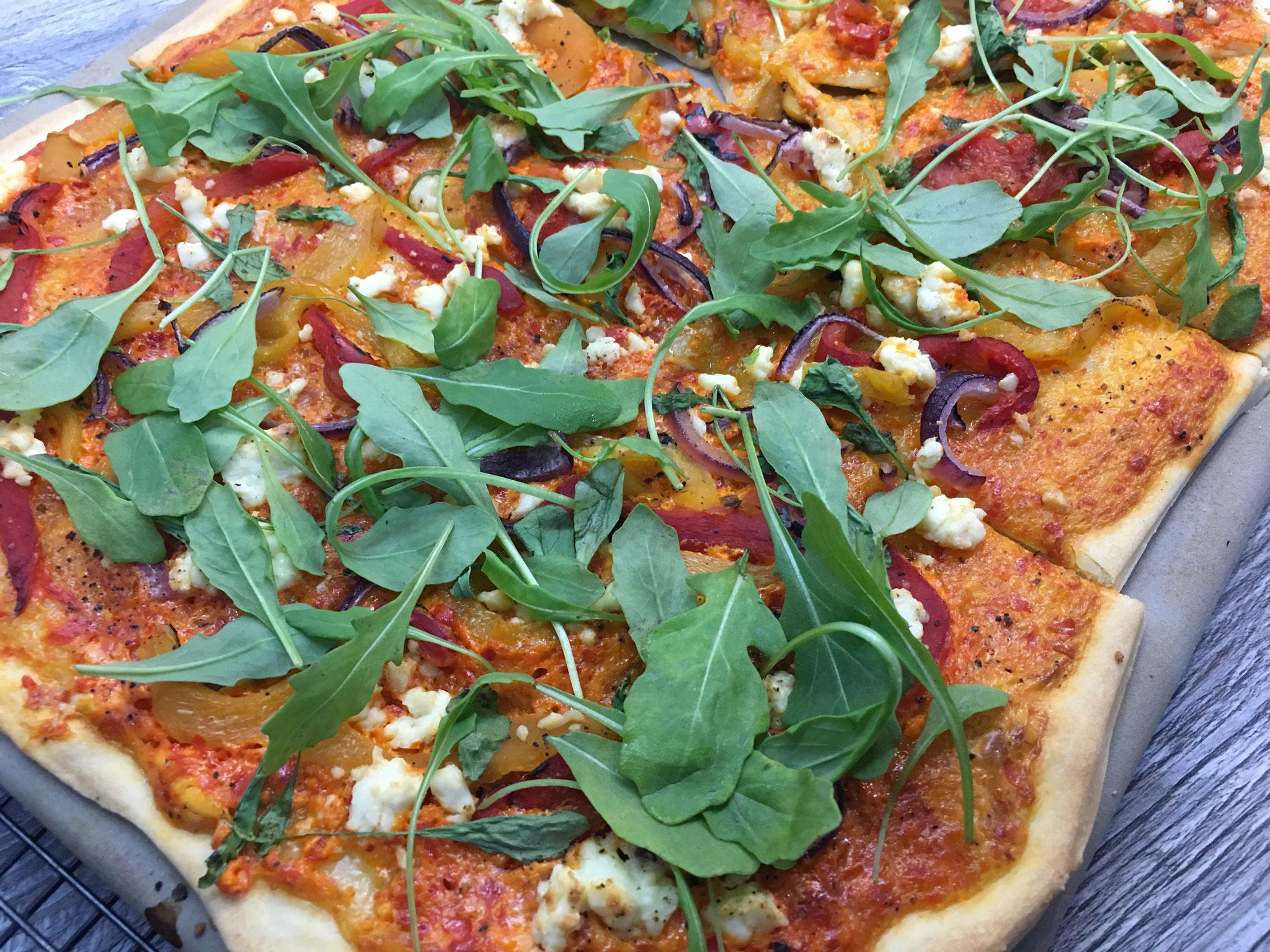 Pizza mit gegrillter Paprika, Feta und Rauke
