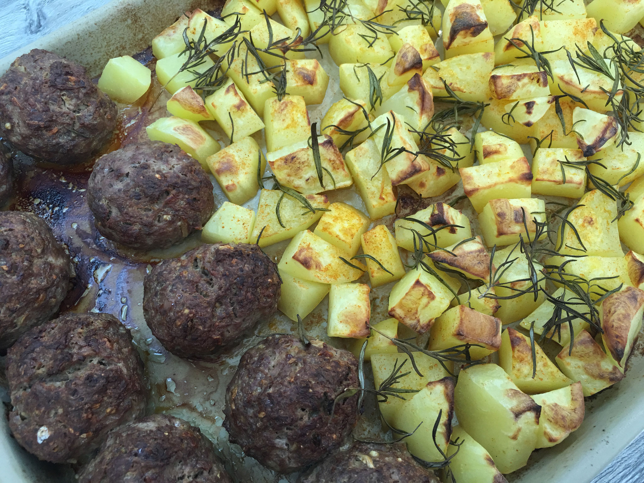 Rosmarinkartoffeln und Hackbällchen