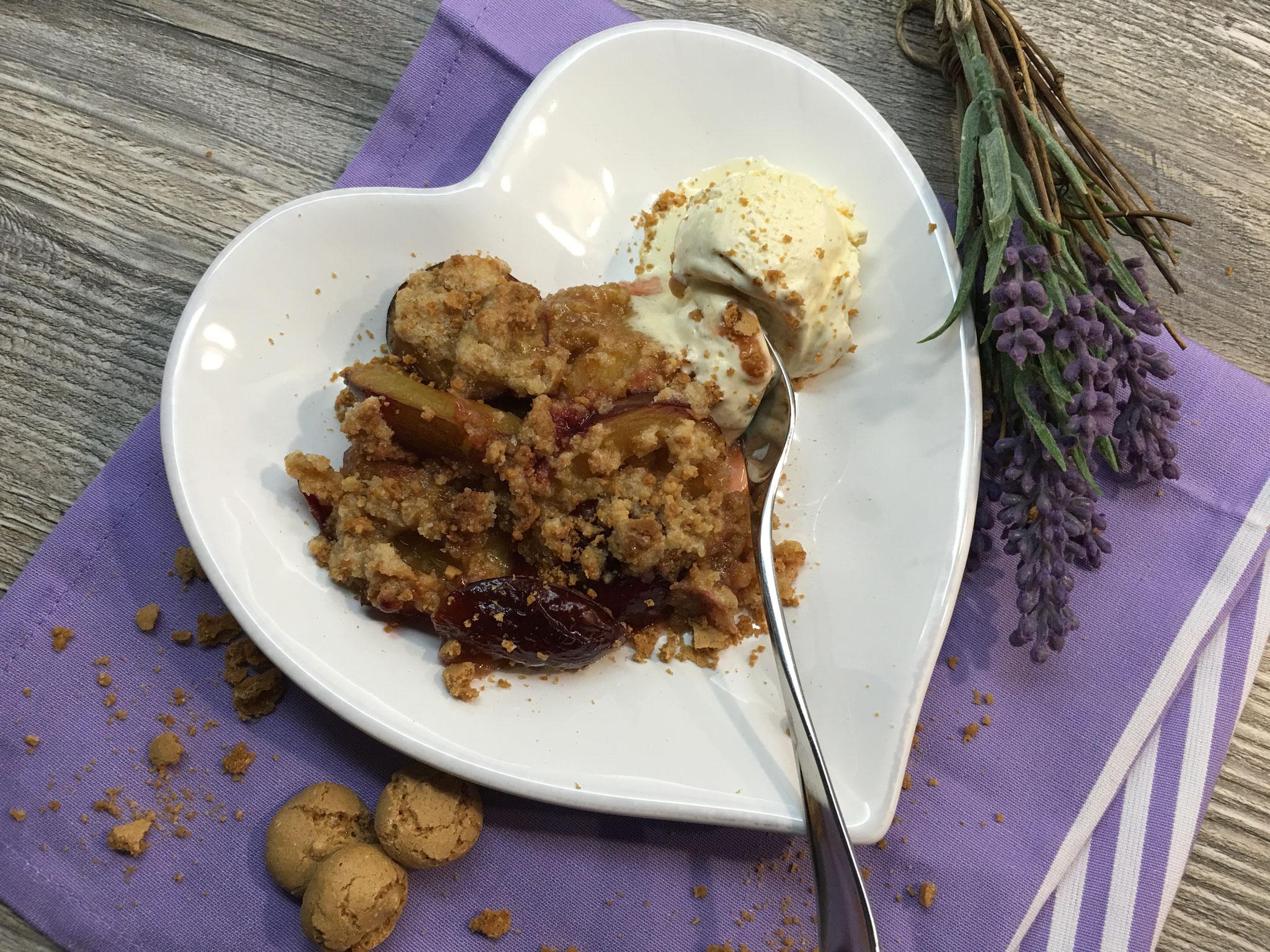 Zwetschgen-Crumble mit Amarettini-Streuseln