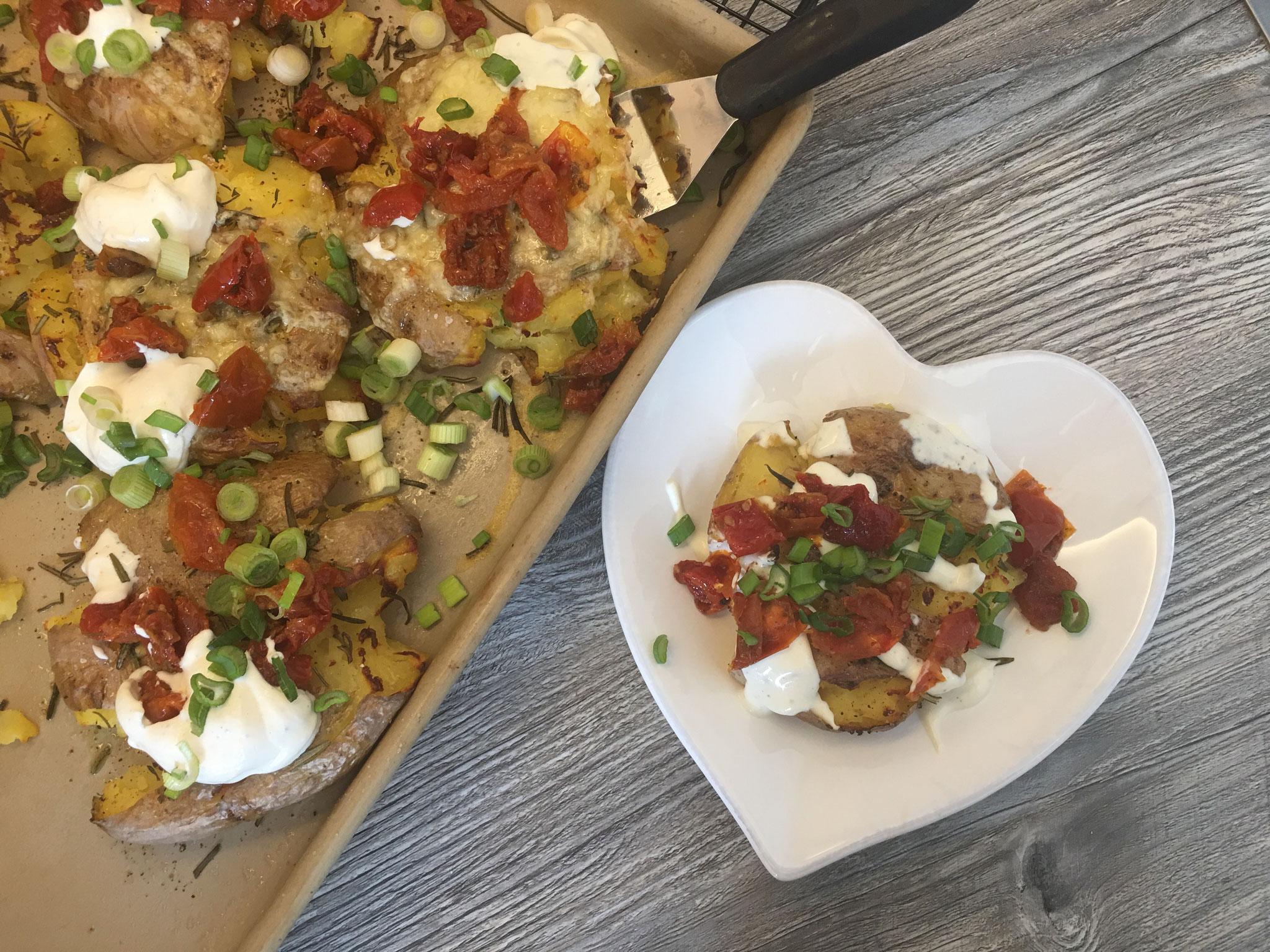 Mediterrane Ofen-Quetschkartoffeln mit Aioli