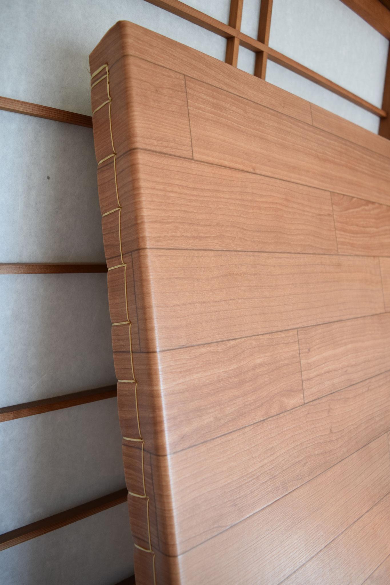 側面は畳表と同様にクッションフロアシートを畳床に縫い付けています。