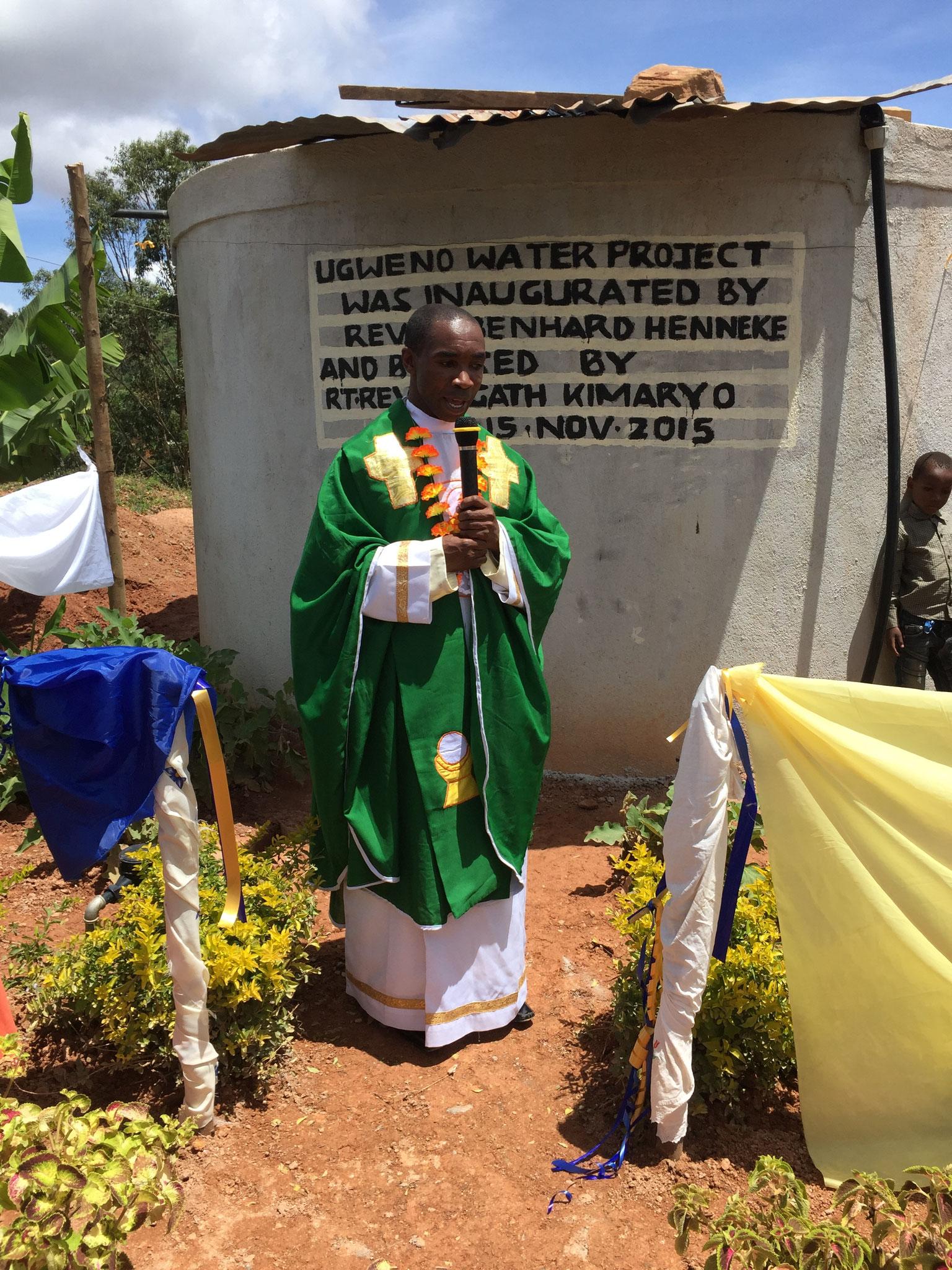 Father Mathias, der Pfarrer vor Ort