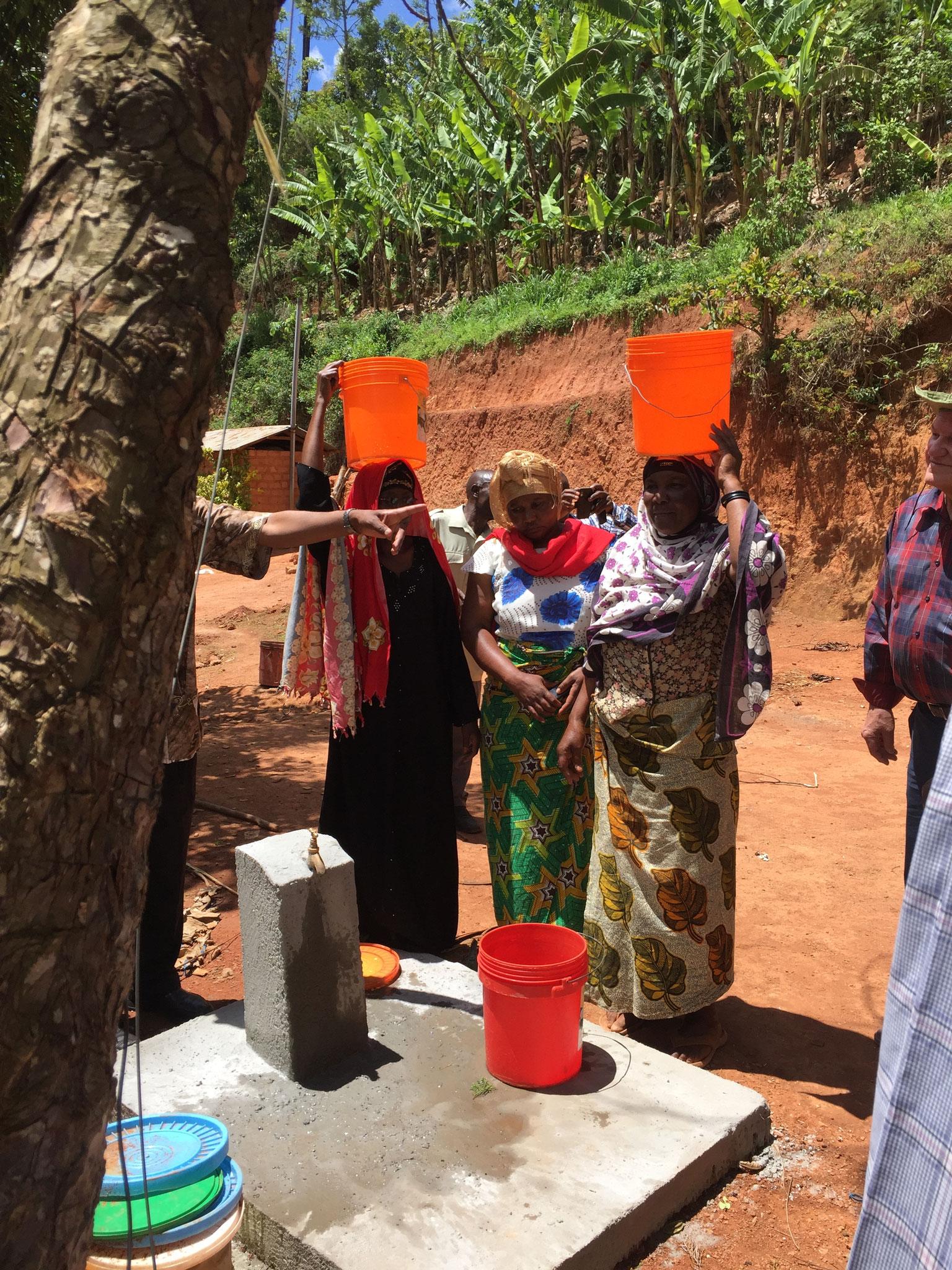 Frauen beim Wasser holen am neuen Brunnen