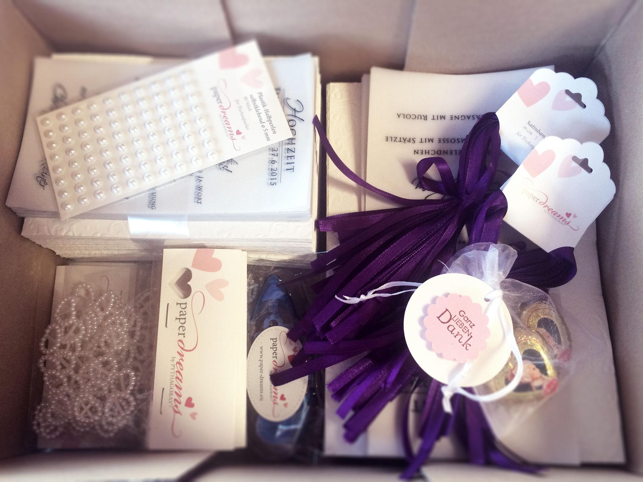 So sieht ein Selfmade-Paket aus: Einladungen vorgeprägt und gedruckt, Perlenherzchen abgezählt verpackt, auf Maß zugeschnittene Satinbänder und die GRATIS-Klebemaus. Los geht's!