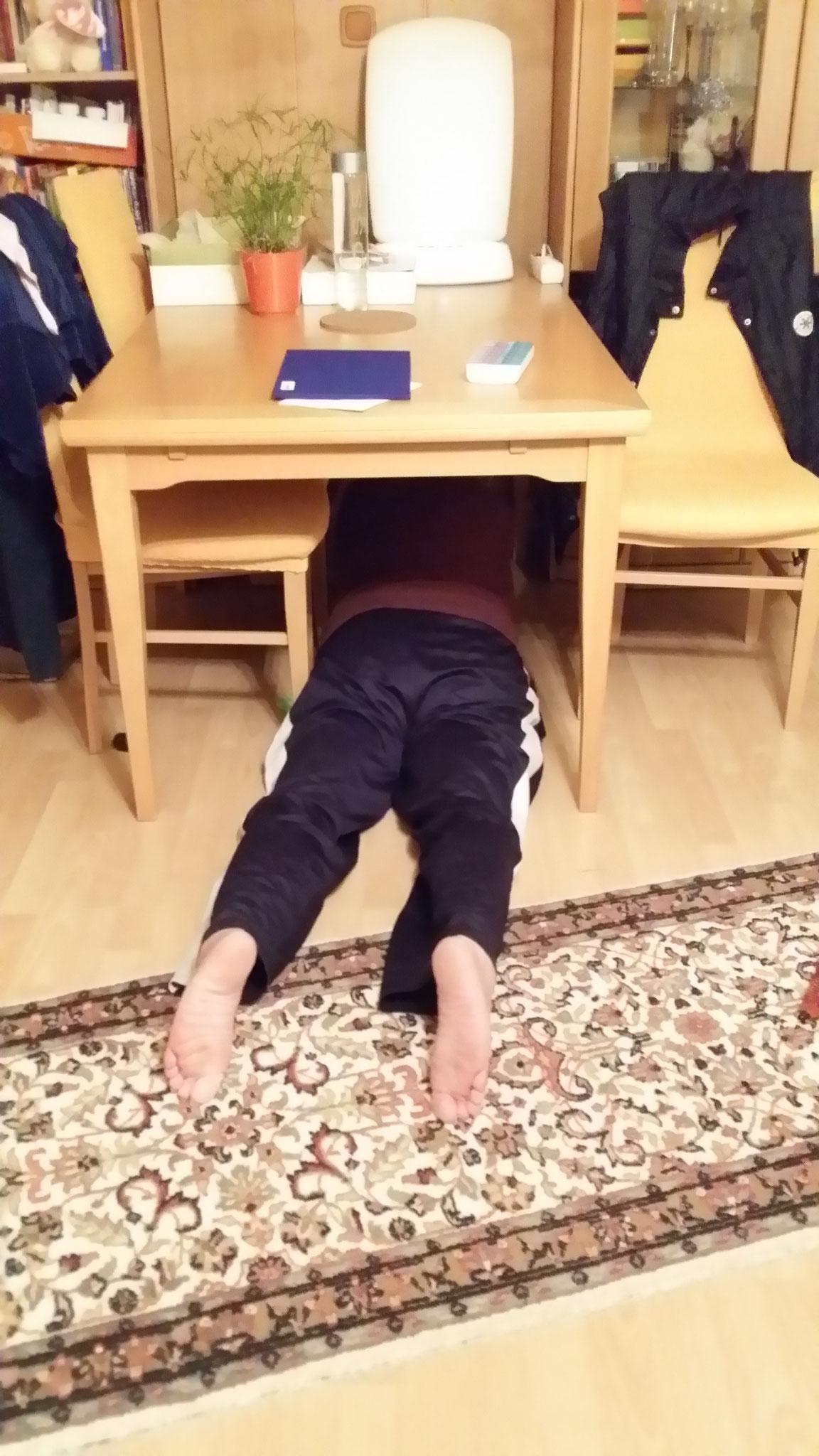 Onkel zu Sammy unterm Tisch