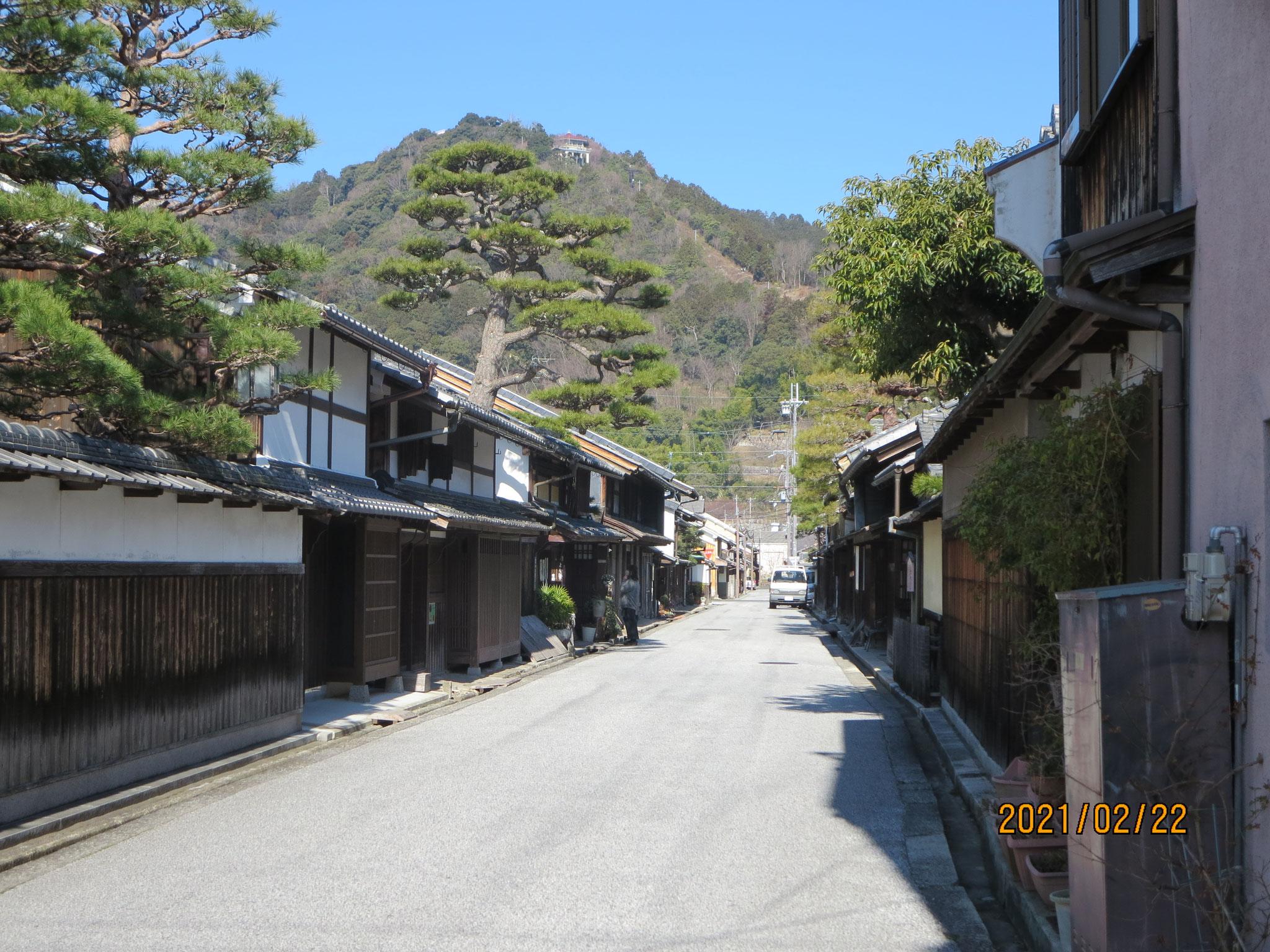 新町通りと八幡山