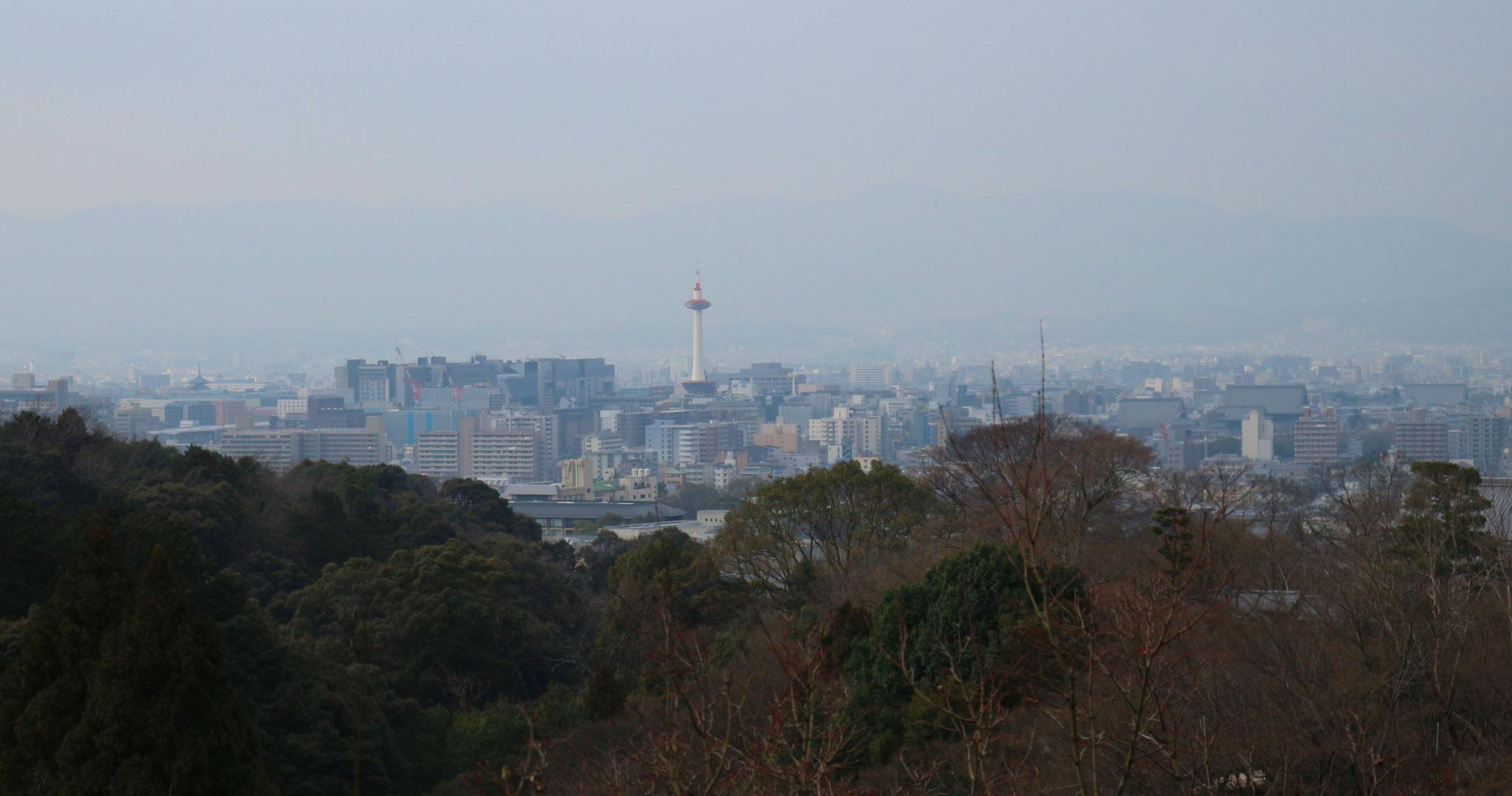 京都タワーを臨む