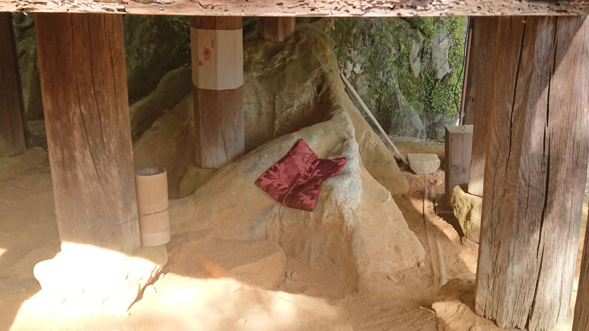 経蔵にある腰掛石、安産の腰掛石