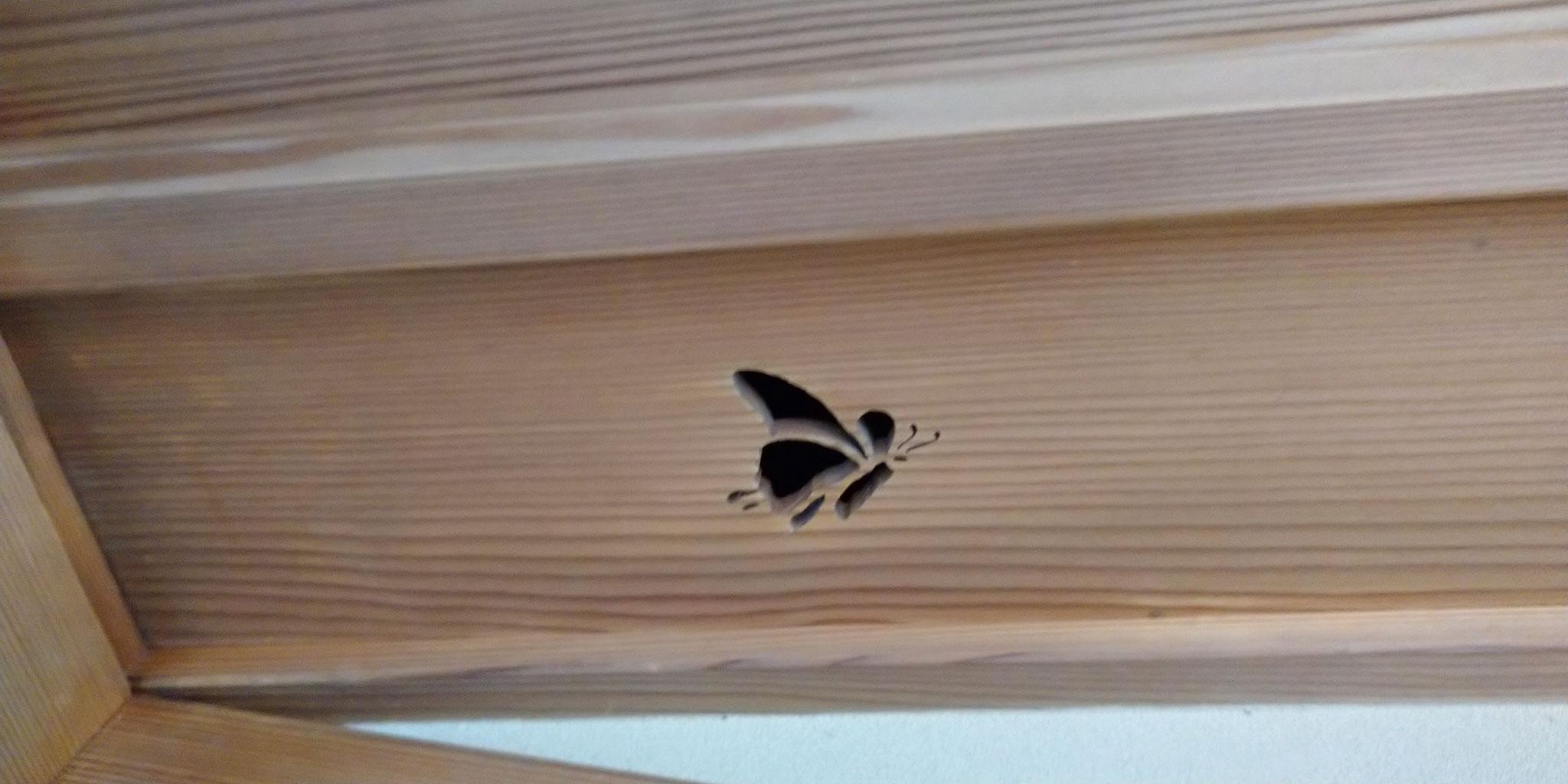 廊橋 天井透かし彫 蝶