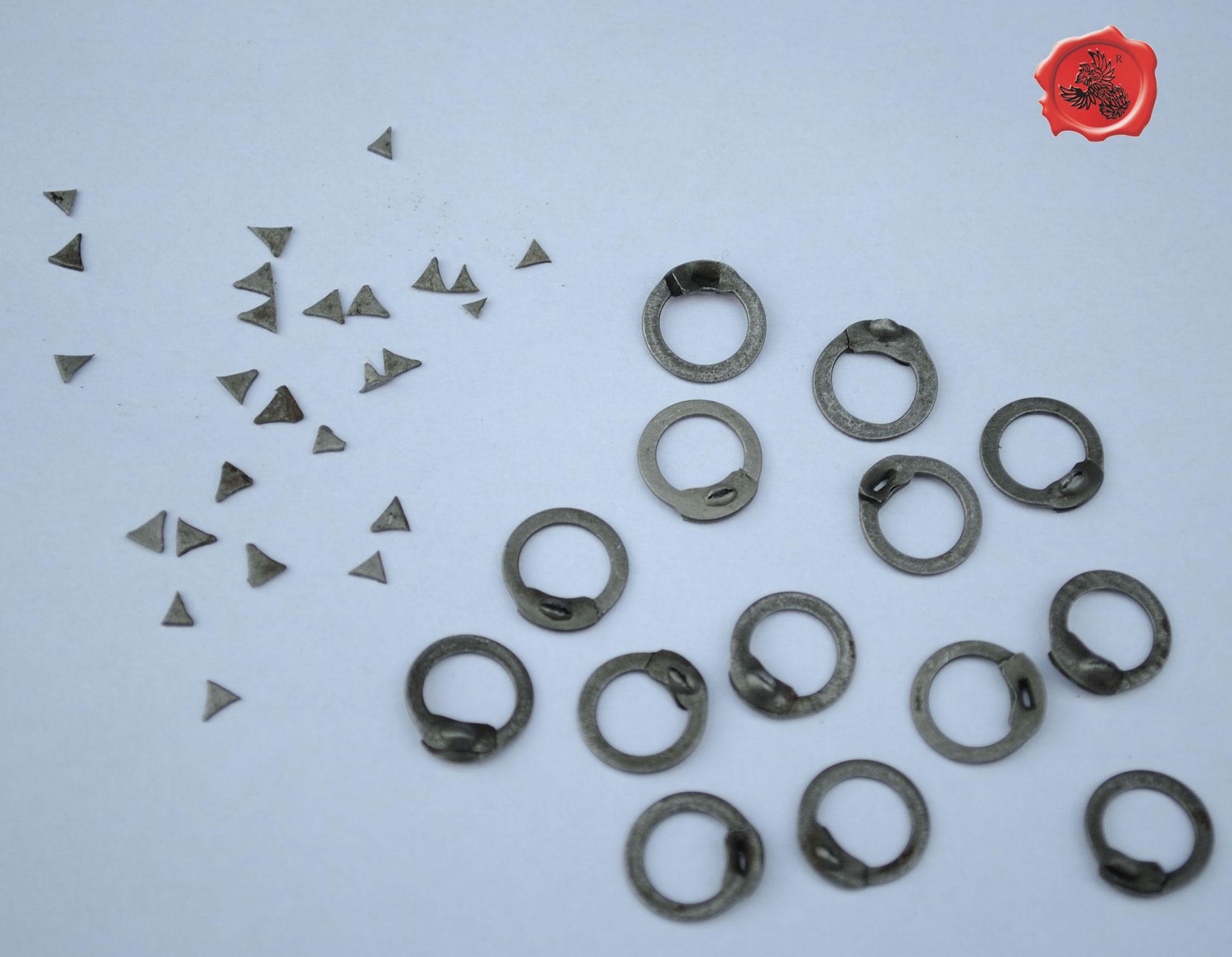 1-RR : Anneaux plats noirs rivets triangulaires