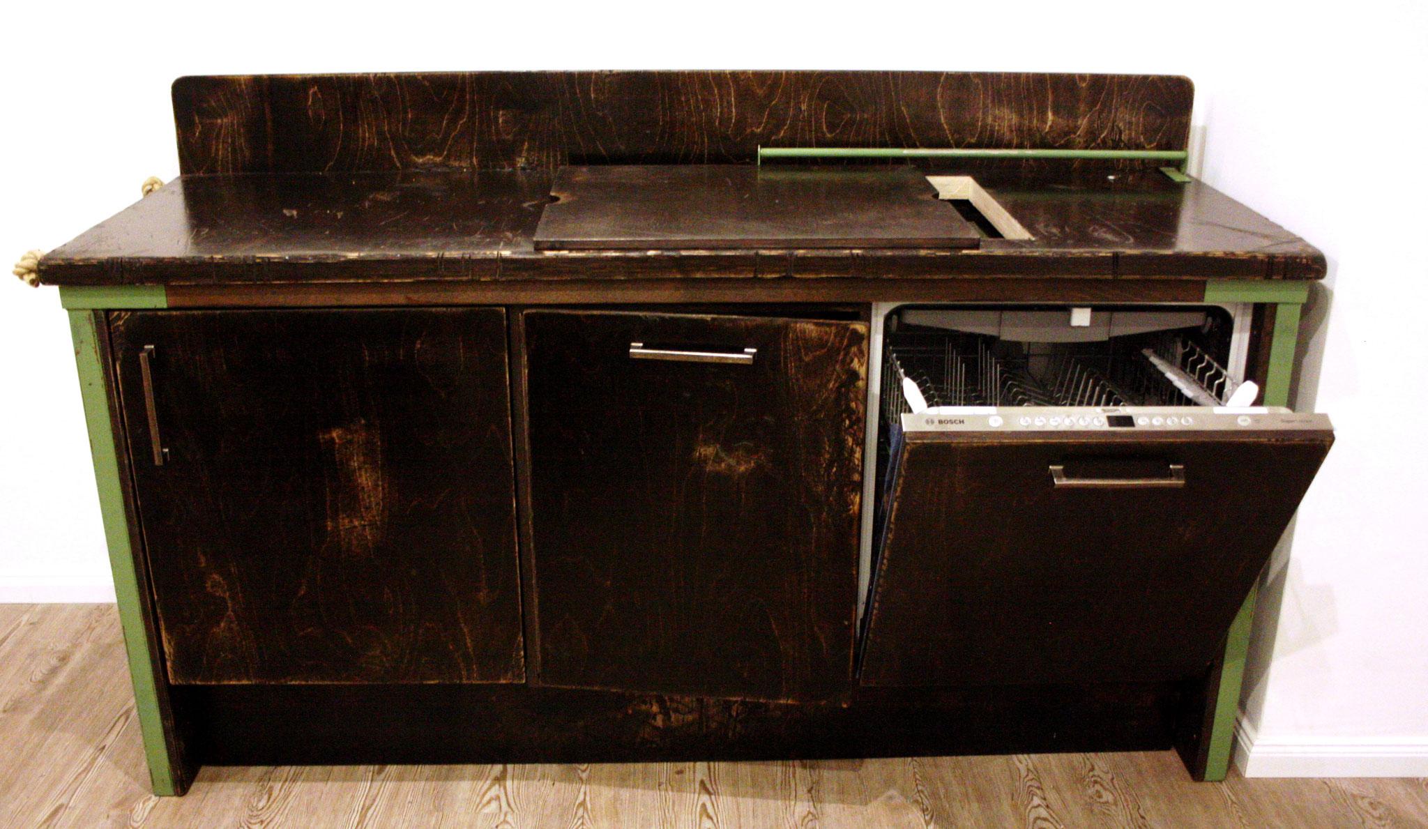 Küchenzeile mit Spülmaschine, Waschbecken ud Kühlschrank