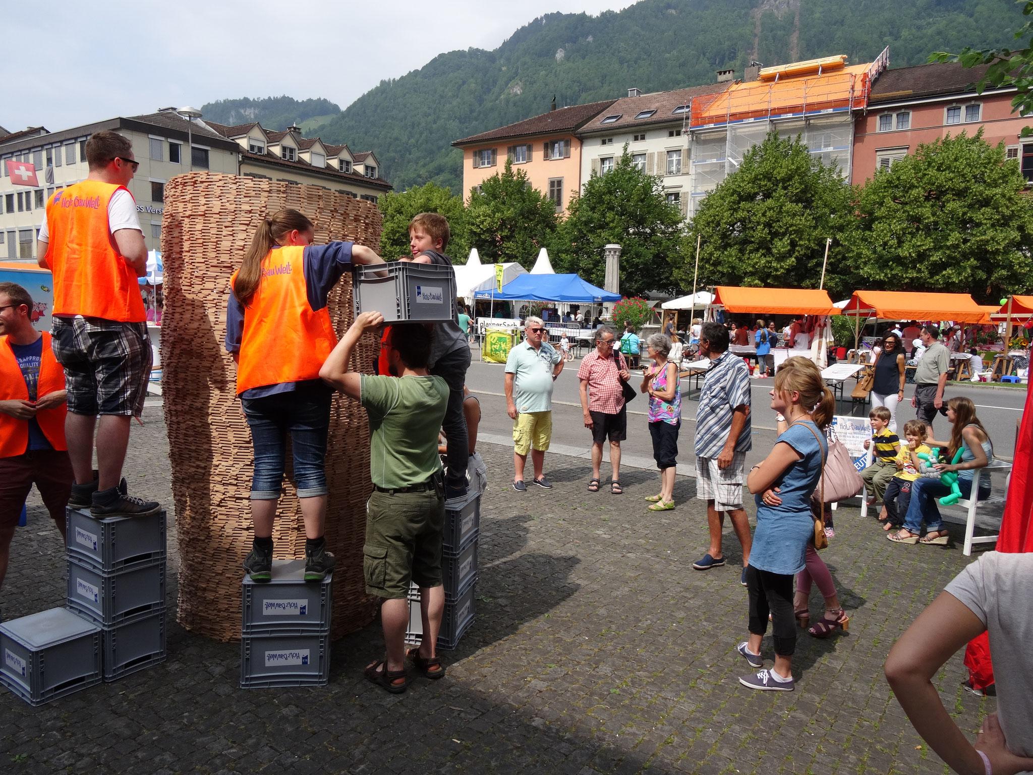 Der Turm wird von vielen Passanten bestaunt