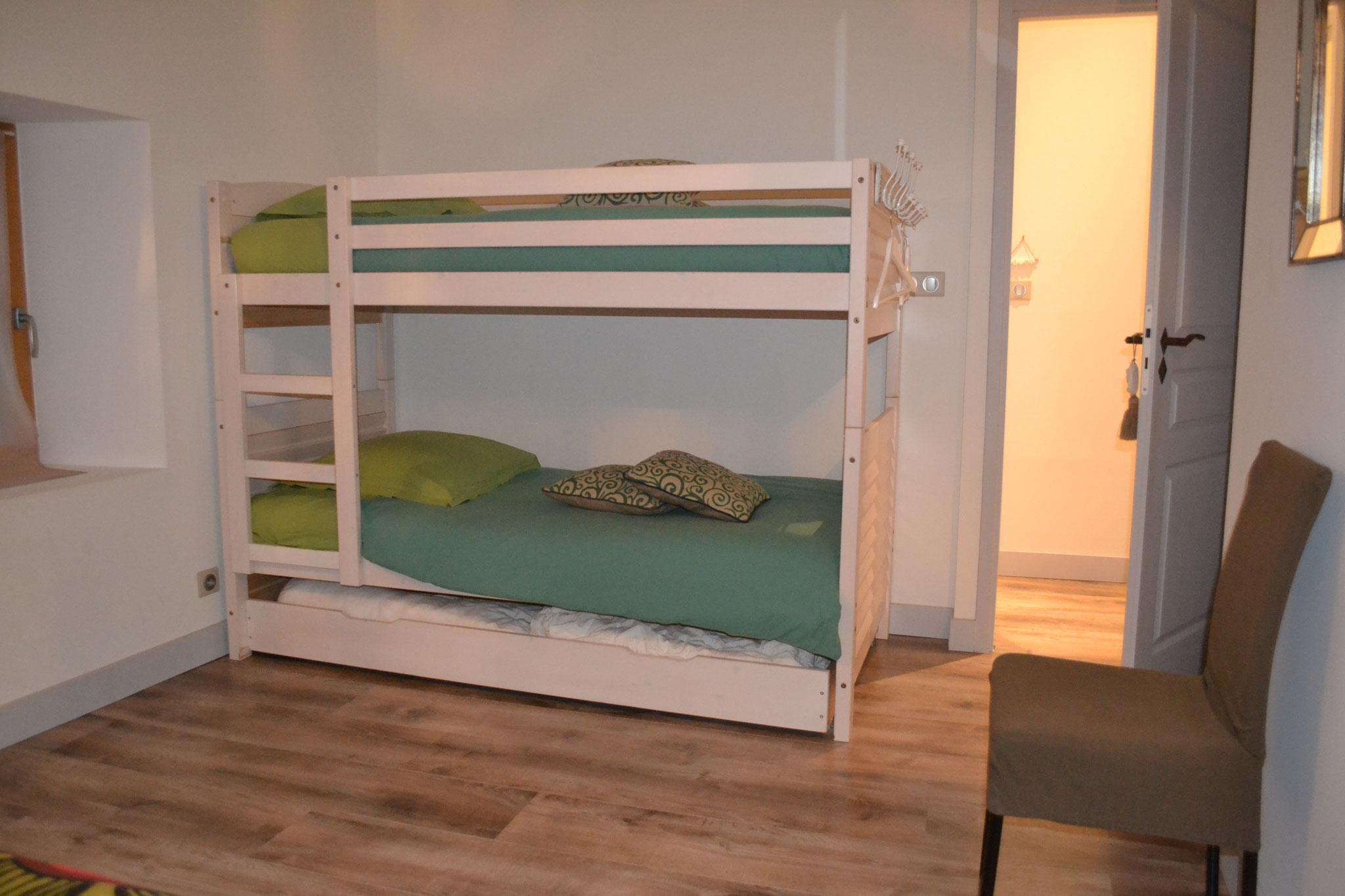 Etage Chambre 3 - lit double 140*190 cm et deux lits superposés -  Gîte La Grange  - Gites du Maréchat à Cabariot