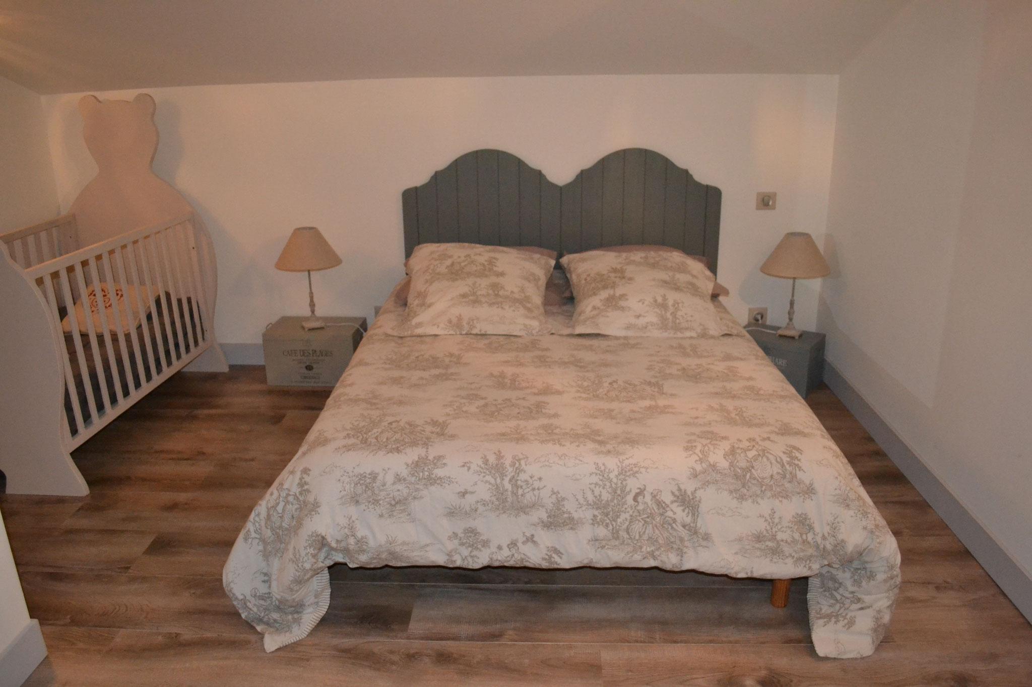 Etage Chambre 2 - lit double 140*190 cm et deux lits superposés -  Gîte La Grange  - Gites du Maréchat à Cabariot