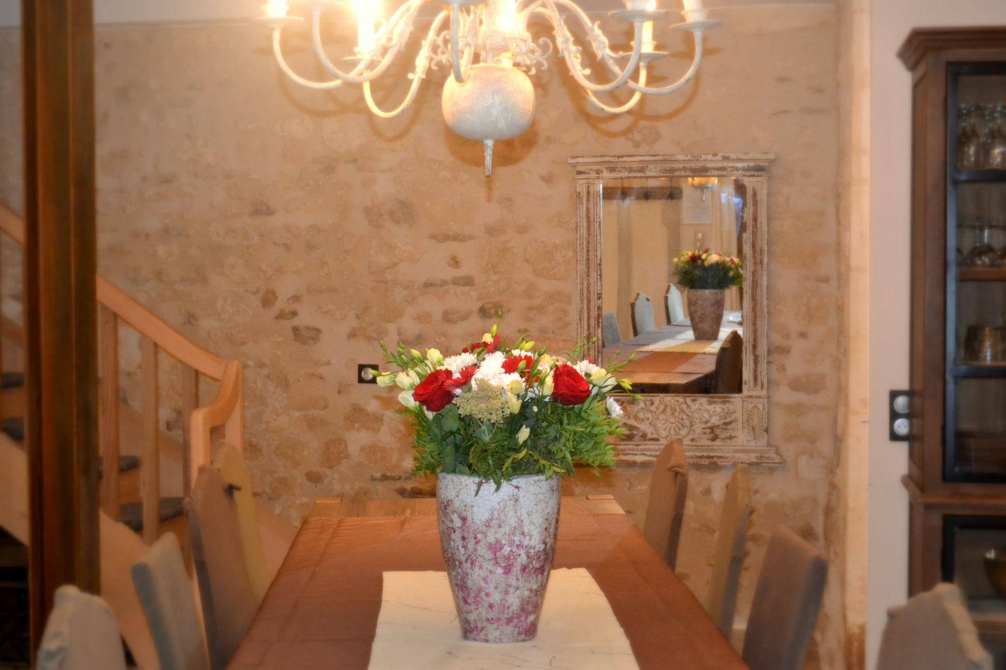 Table à manger -  Gîte La Grange  - Gites du Maréchat à Cabariot